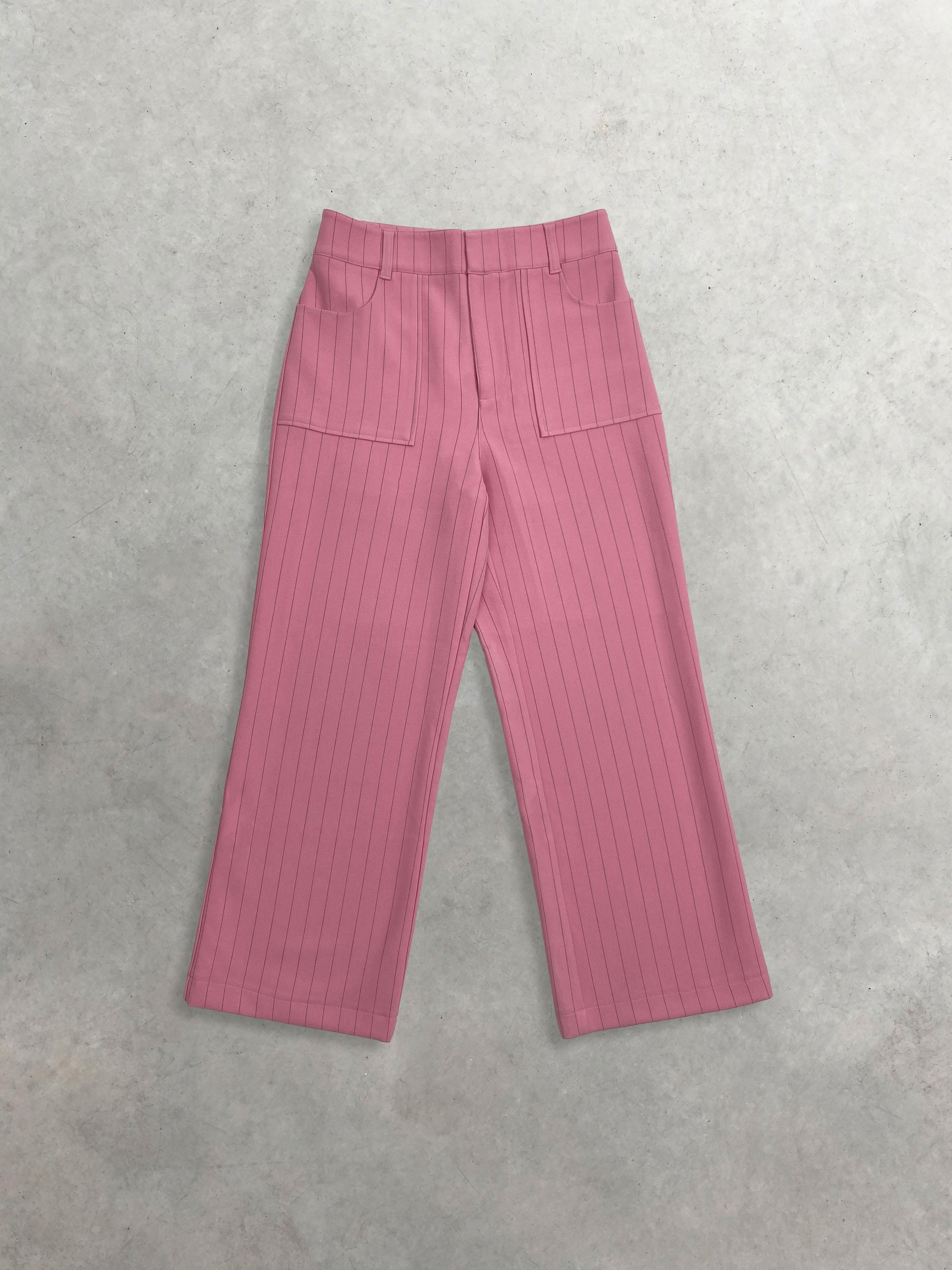 Packshot de Pantalon droit en crêpe à fines rayures par la marque Ganni
