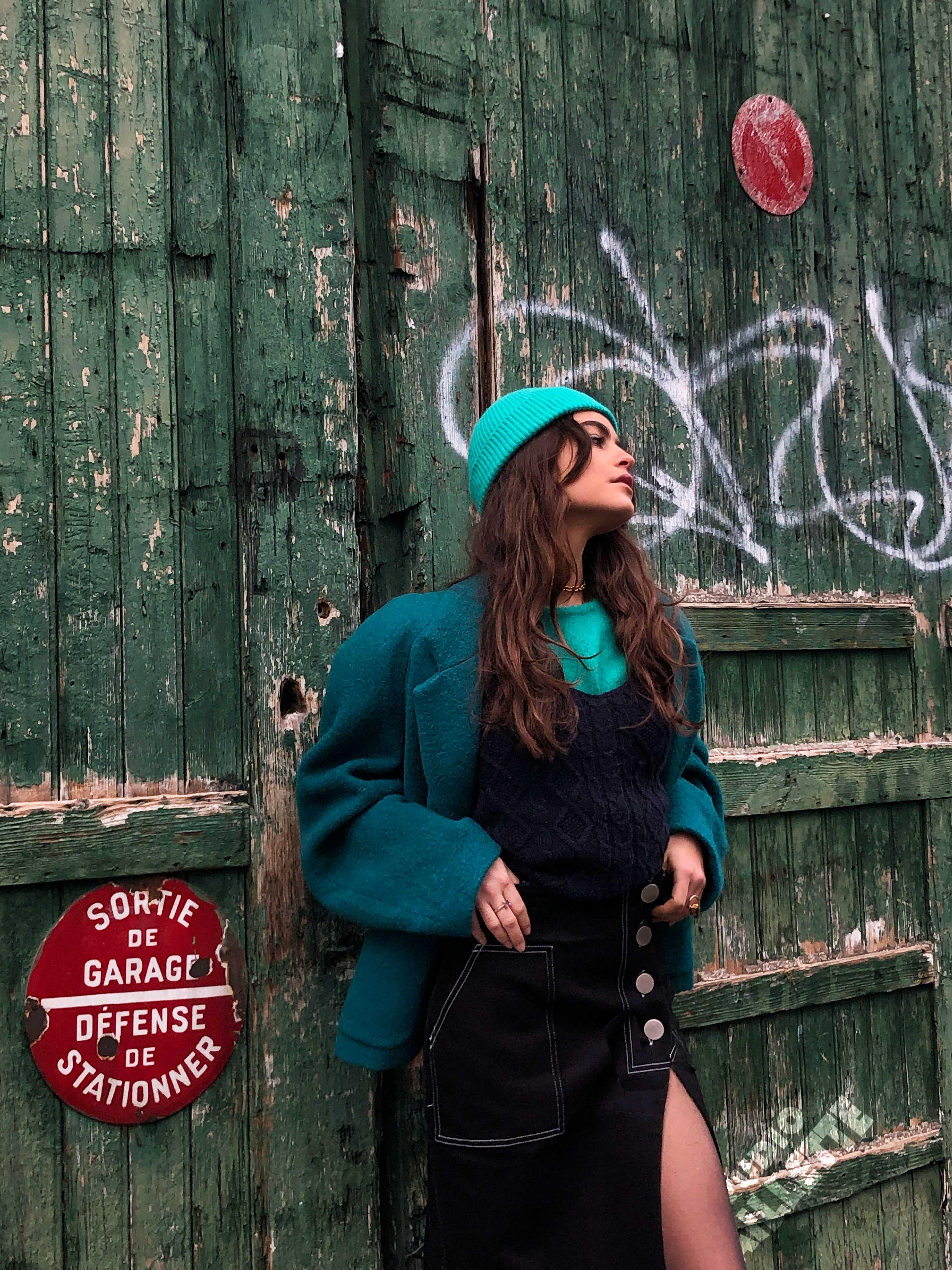Modèle portant le look Cheminot Turquoise et Denim Noir