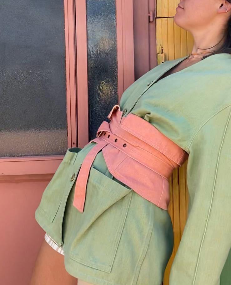 Modèle qui porte le look Pastel Denim Kimono Combo