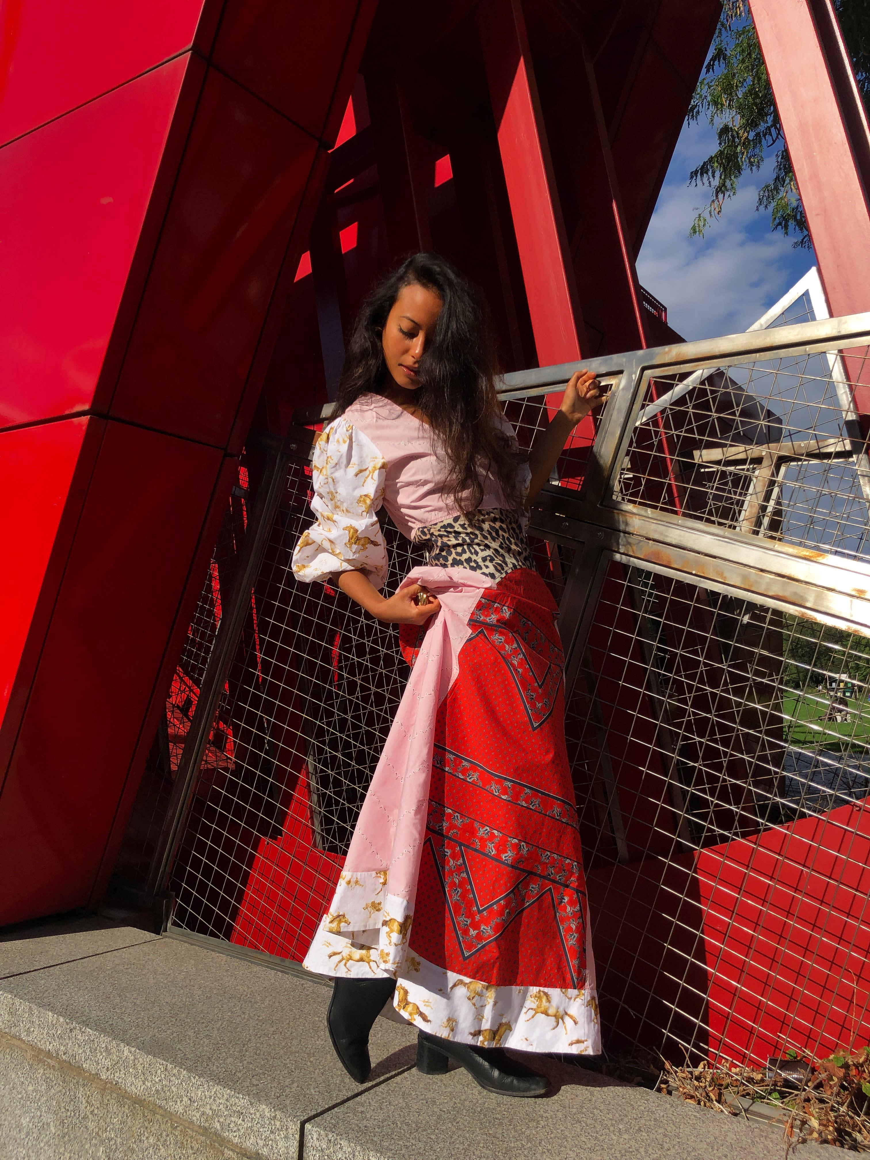 Modèle portant le look Maxi Robe Patchwork Esmeralda
