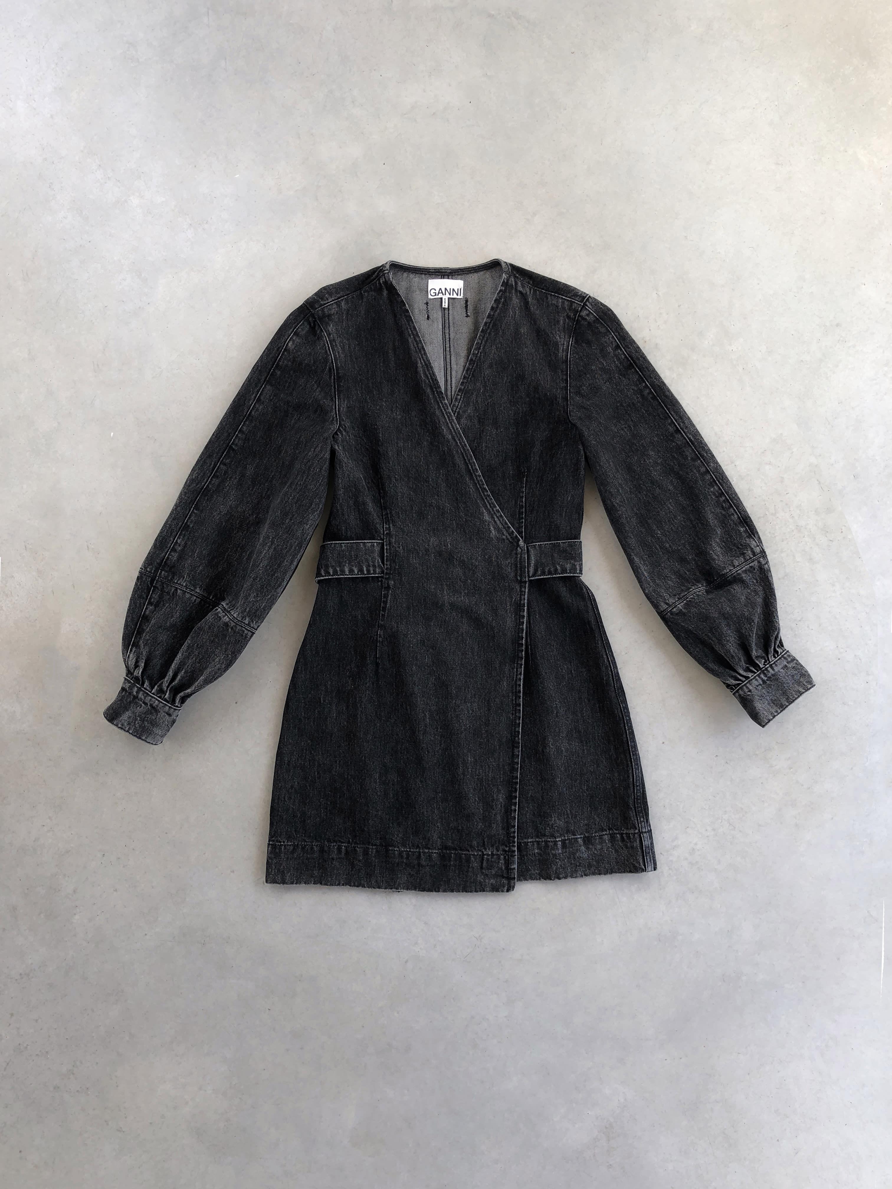 Packshot du produit Robe Portefeuille Denim Noir de la marque Ganni