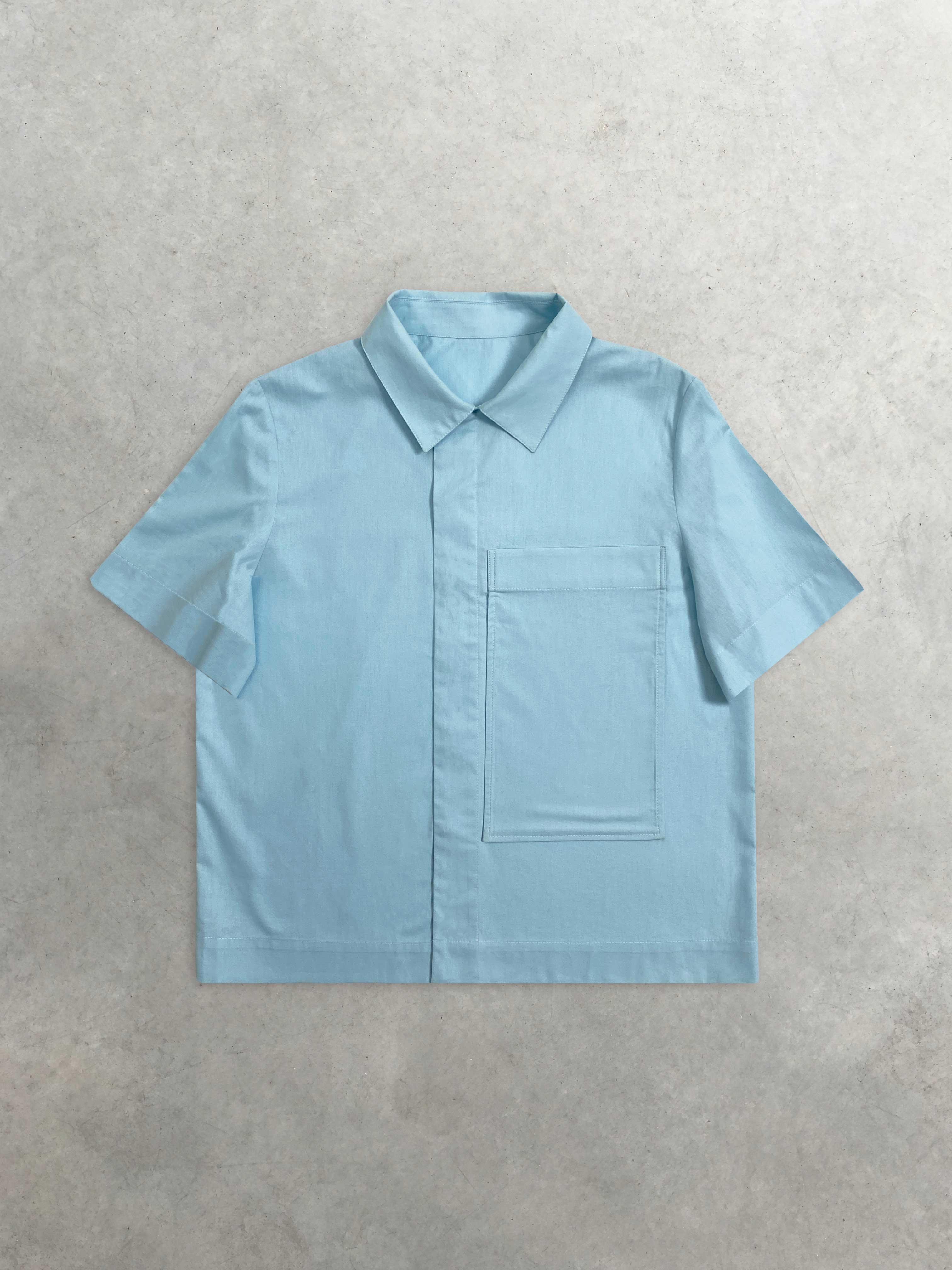 Packshot de Chemisette Bleue Ciel à Grande Poche par la marque Leloup