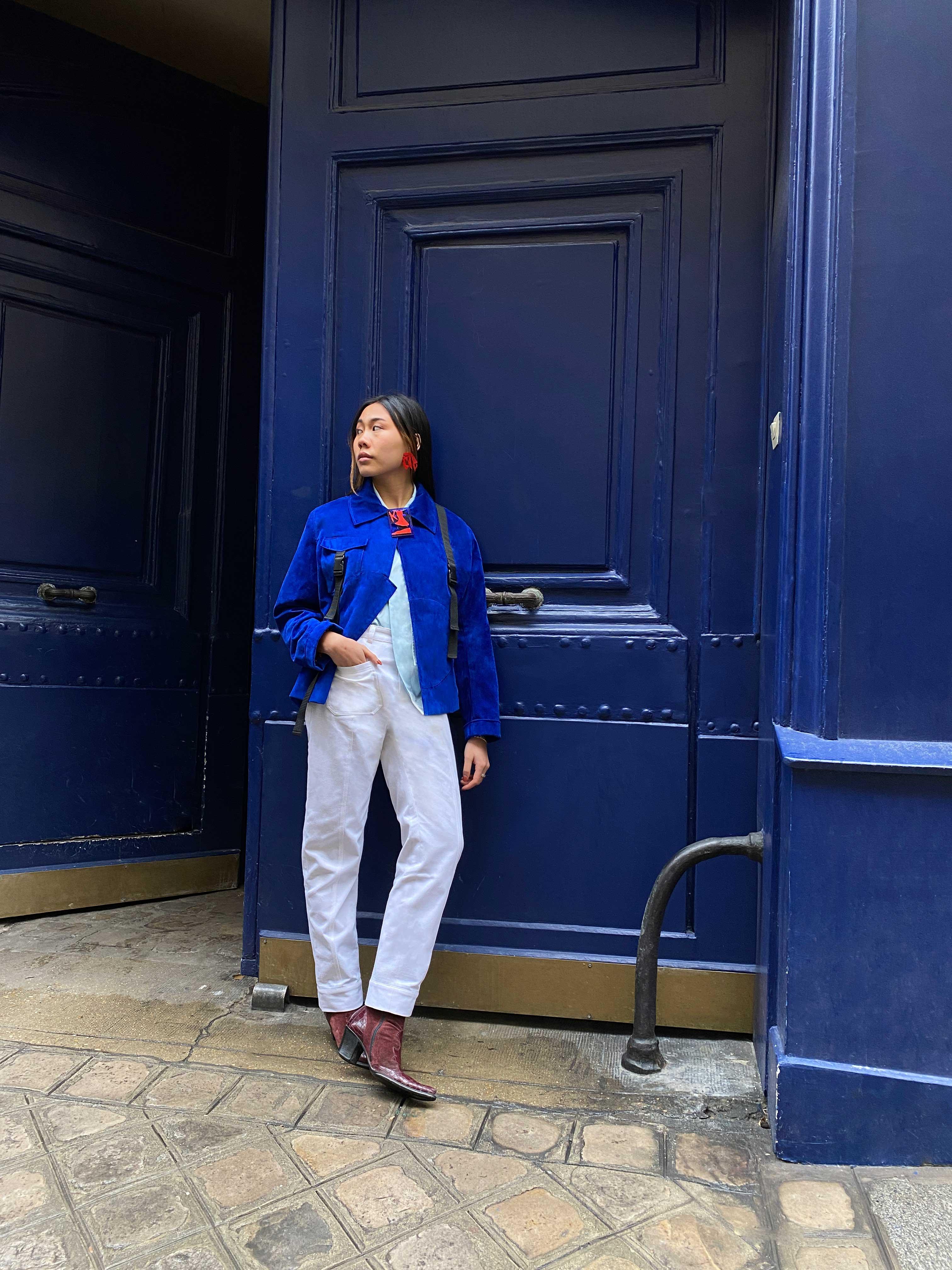 Modèle qui porte le produit Veste en Suédine Bleue Electrique de la marque Leloup