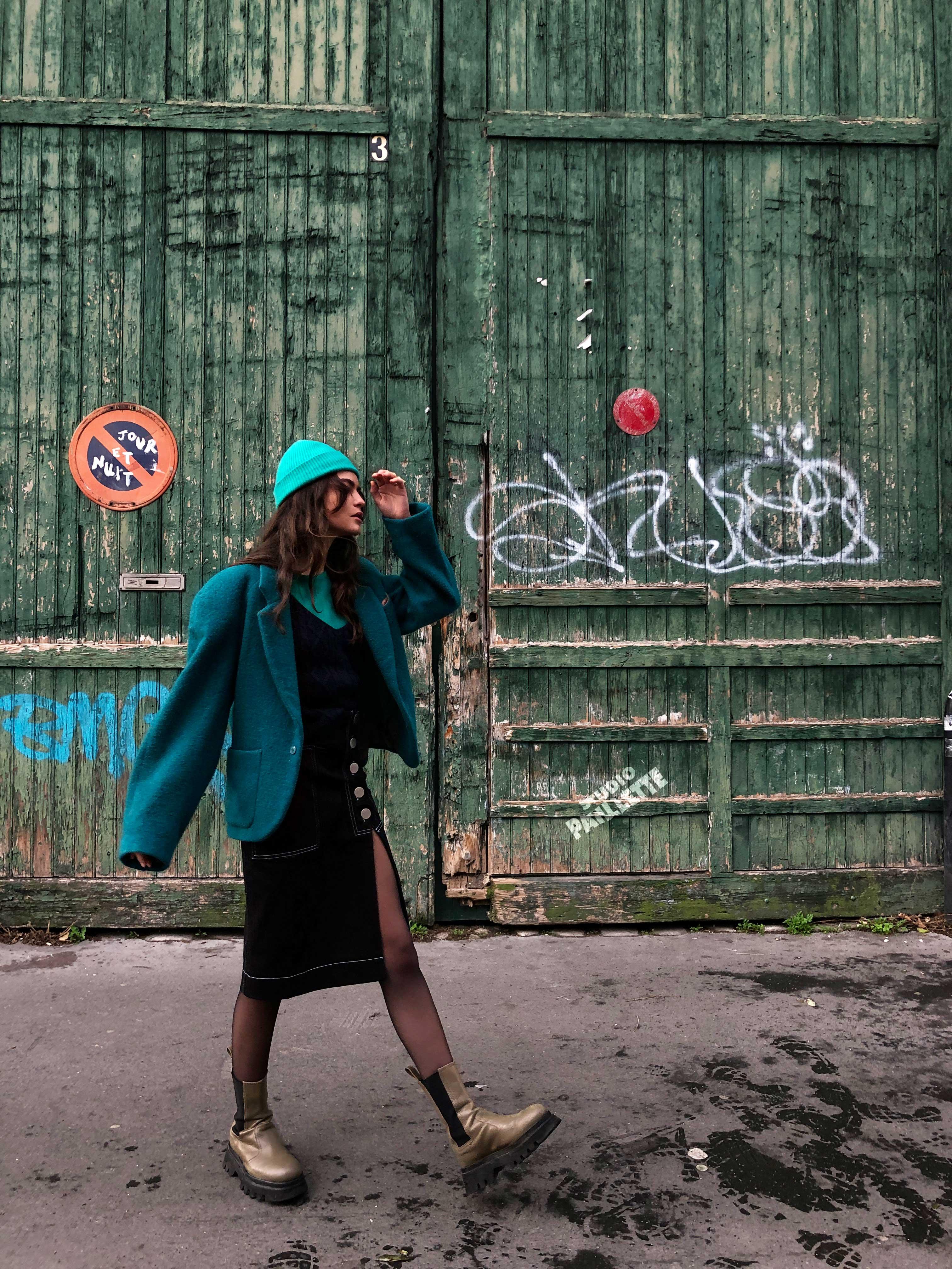 Modèle qui porte le look Cheminot Turquoise et Denim Noir