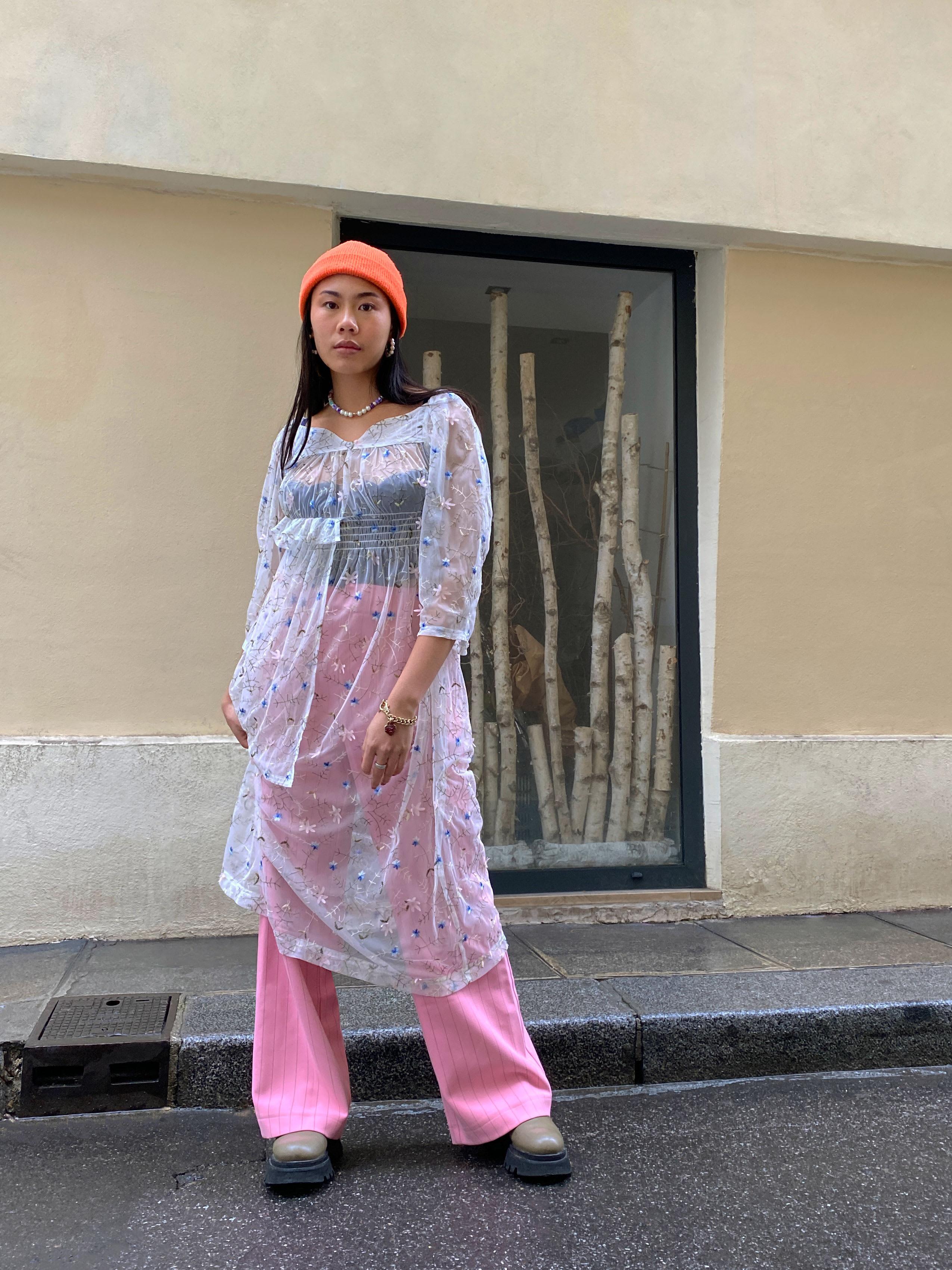 Modèle qui porte le look Streetwear Diaphane
