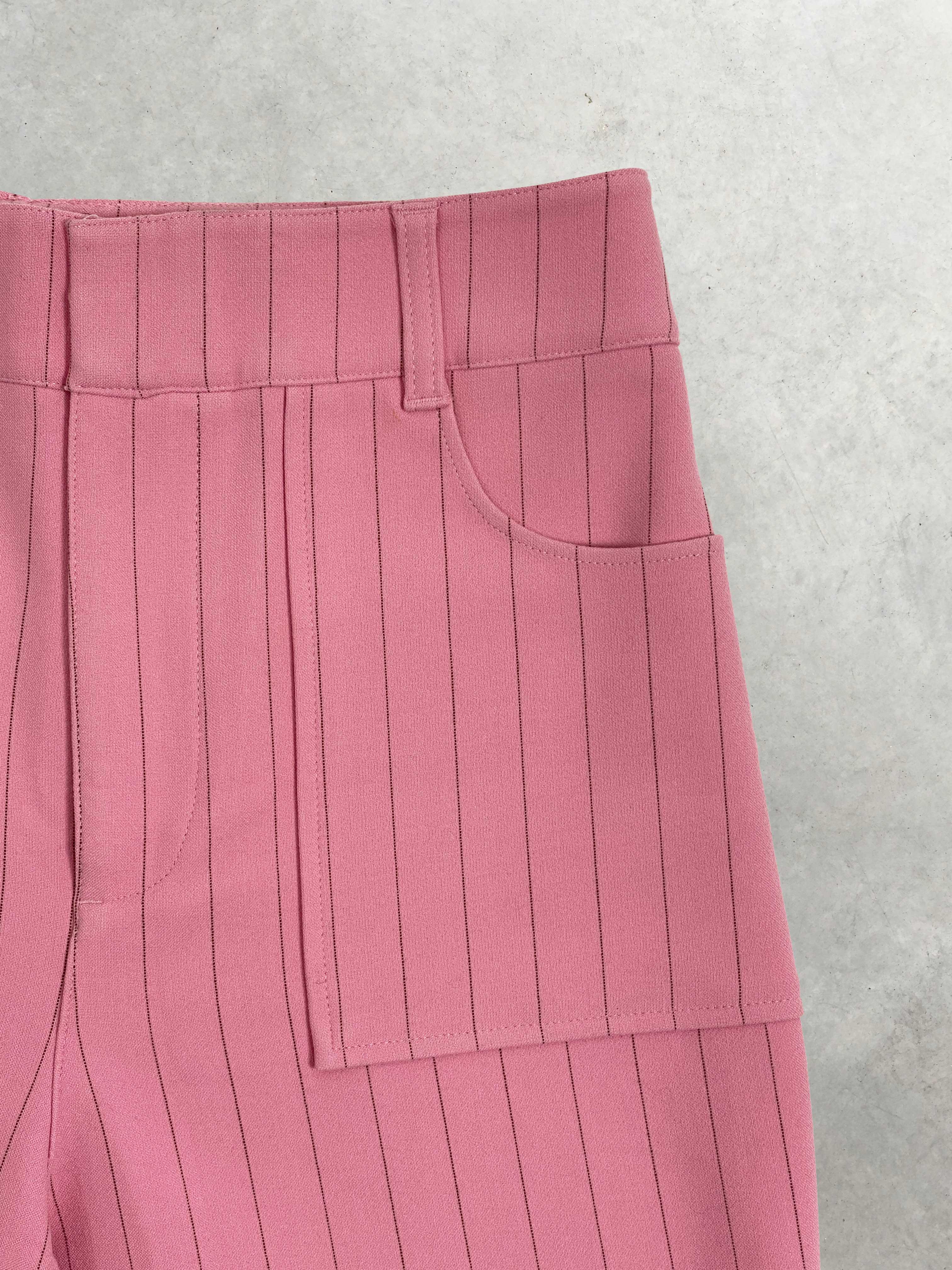 Packshot du produit Pantalon droit en crêpe à fines rayures de la catégorie Pantalons & Combis