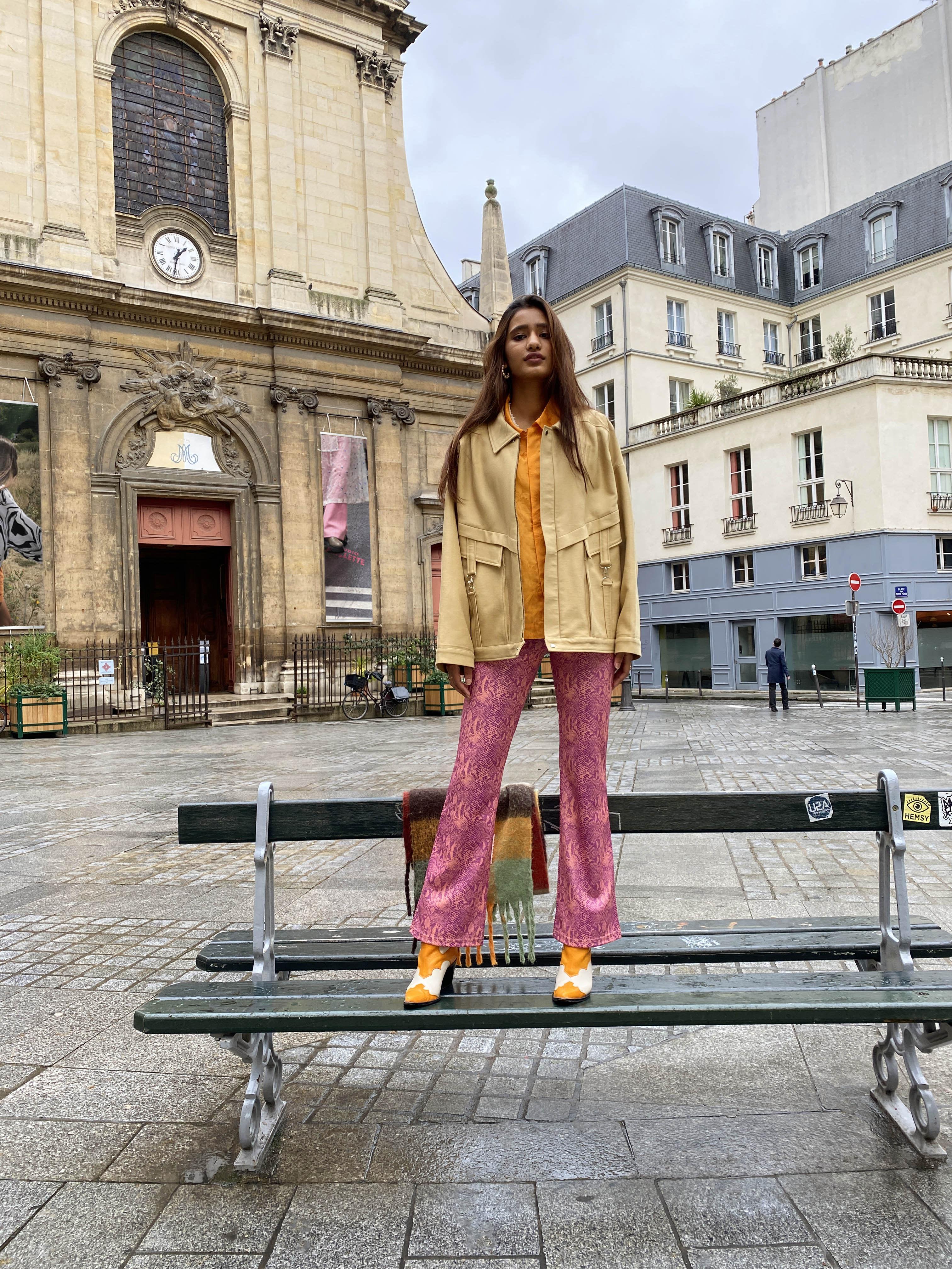 Modèle qui porte le look Pant Rose Chemise Orange