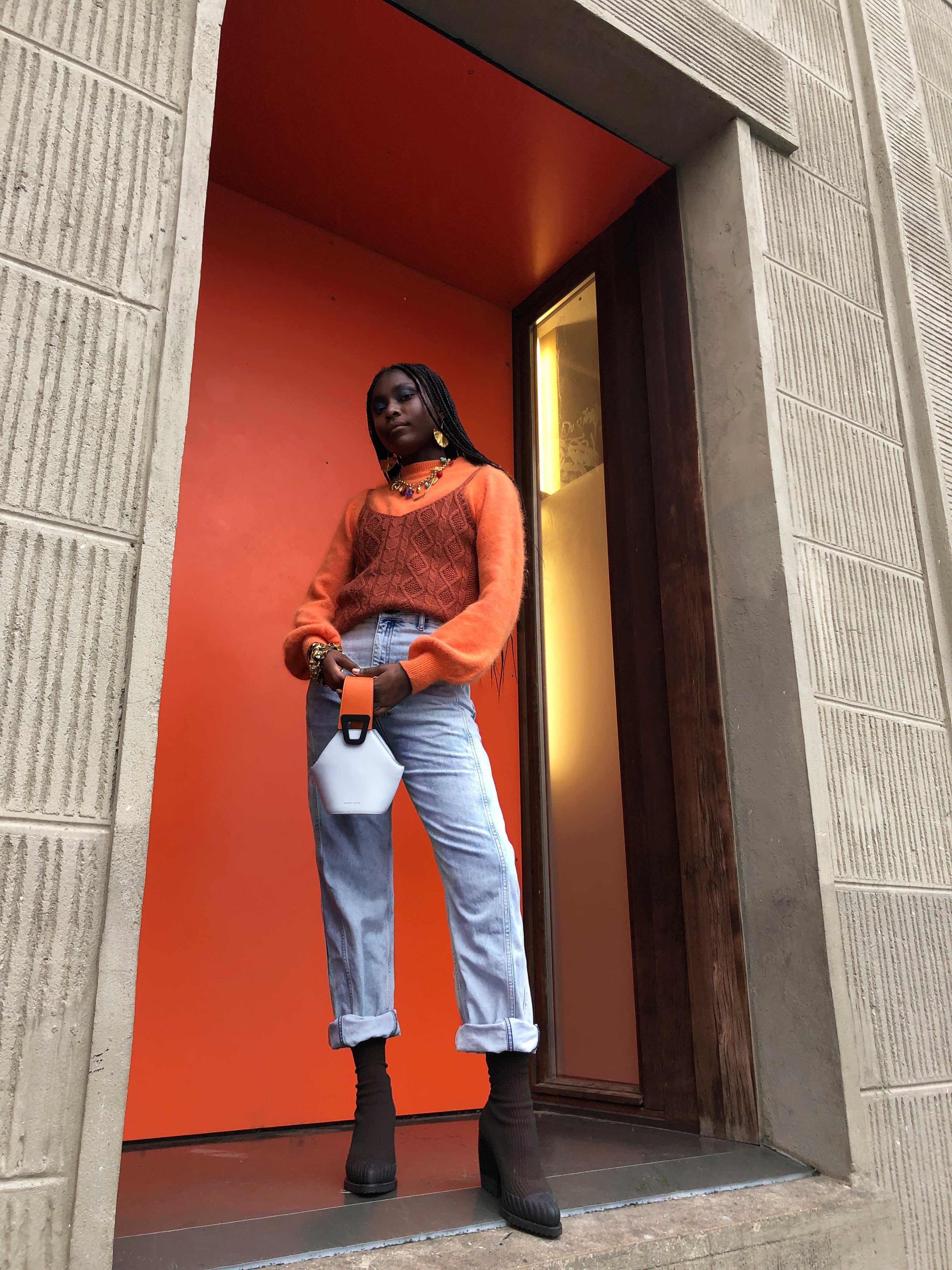 Modèle Studio Paillette qui porte le look Angora et Bleached Denim