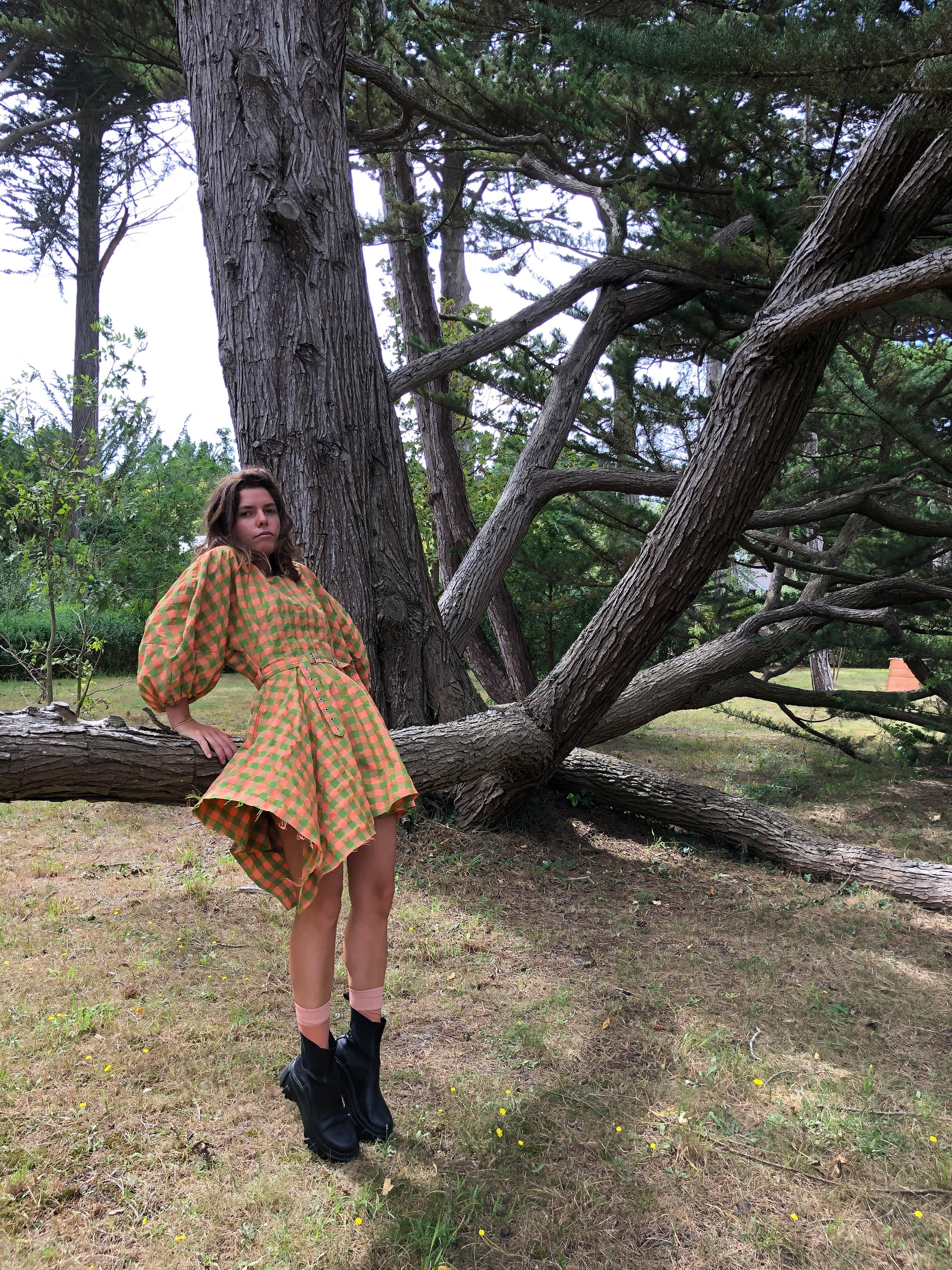 Modèle qui porte le produit Robe Vichy à Manches Ballon de la marque Marques Almeida