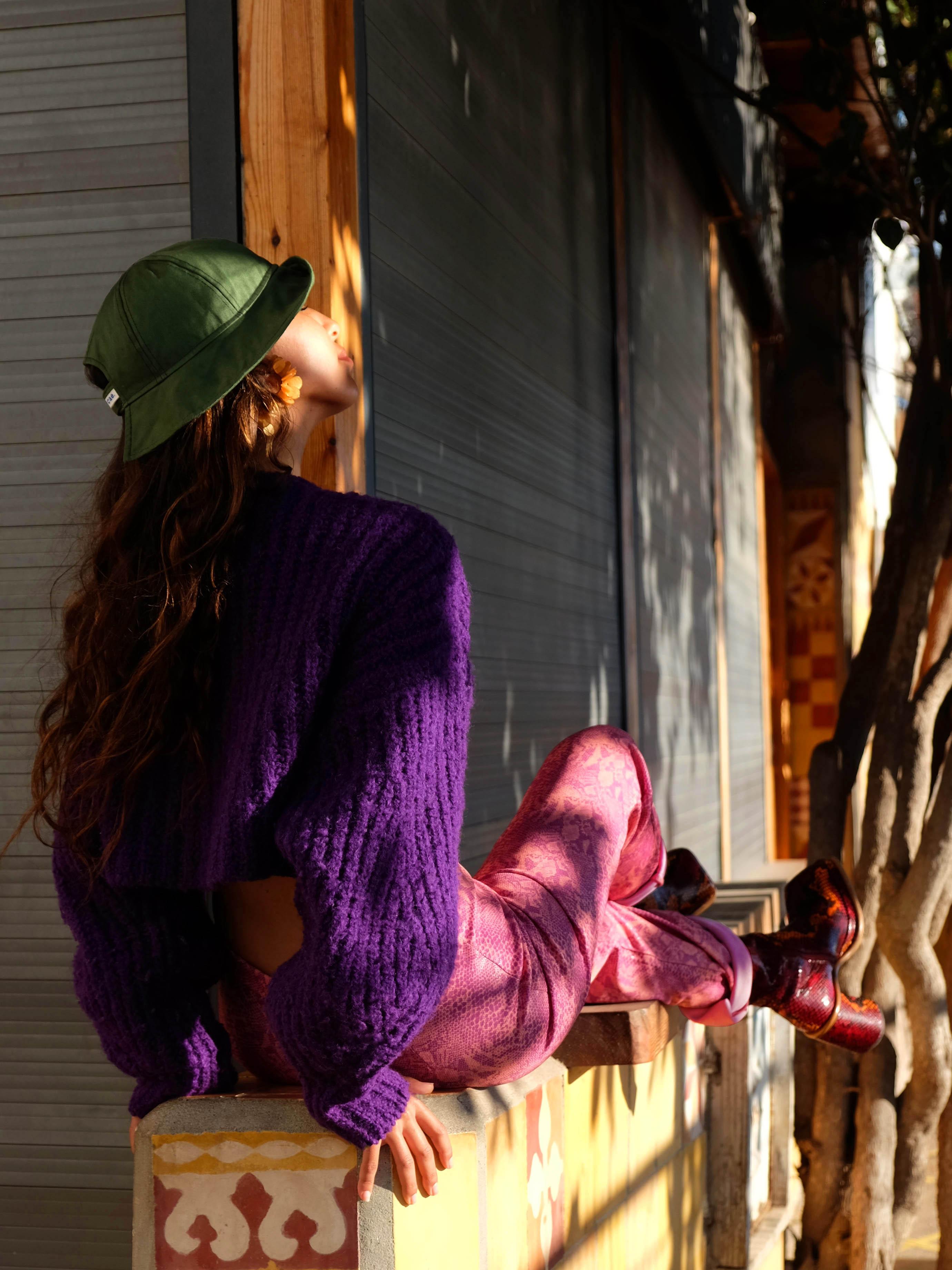 Modèle qui porte le produit Pull Violet Cropped et Oversize à Manches Bouffantes de la marque Isabel Marant