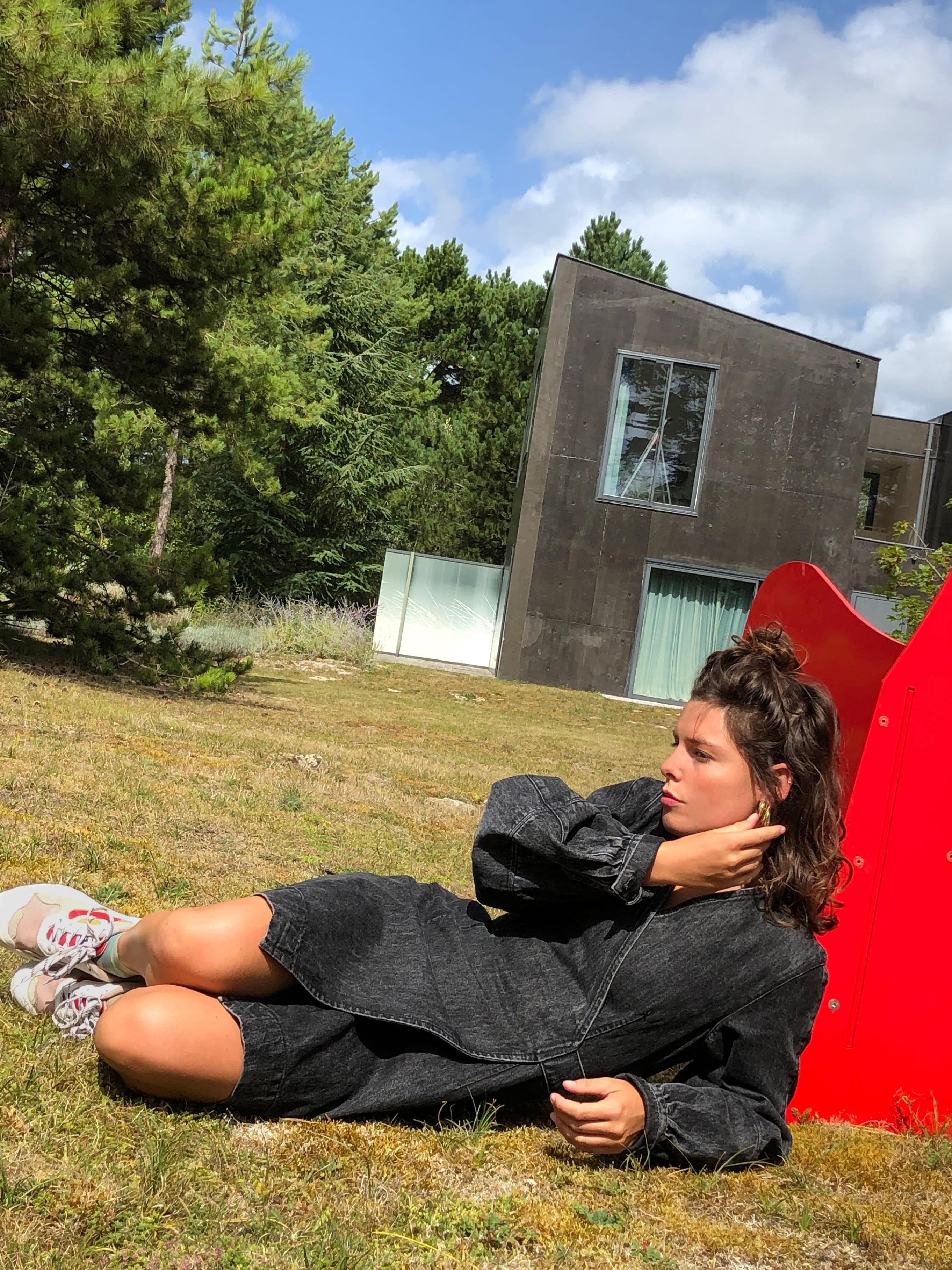 Modèle portant le look Schoolgirl en Denim Noir