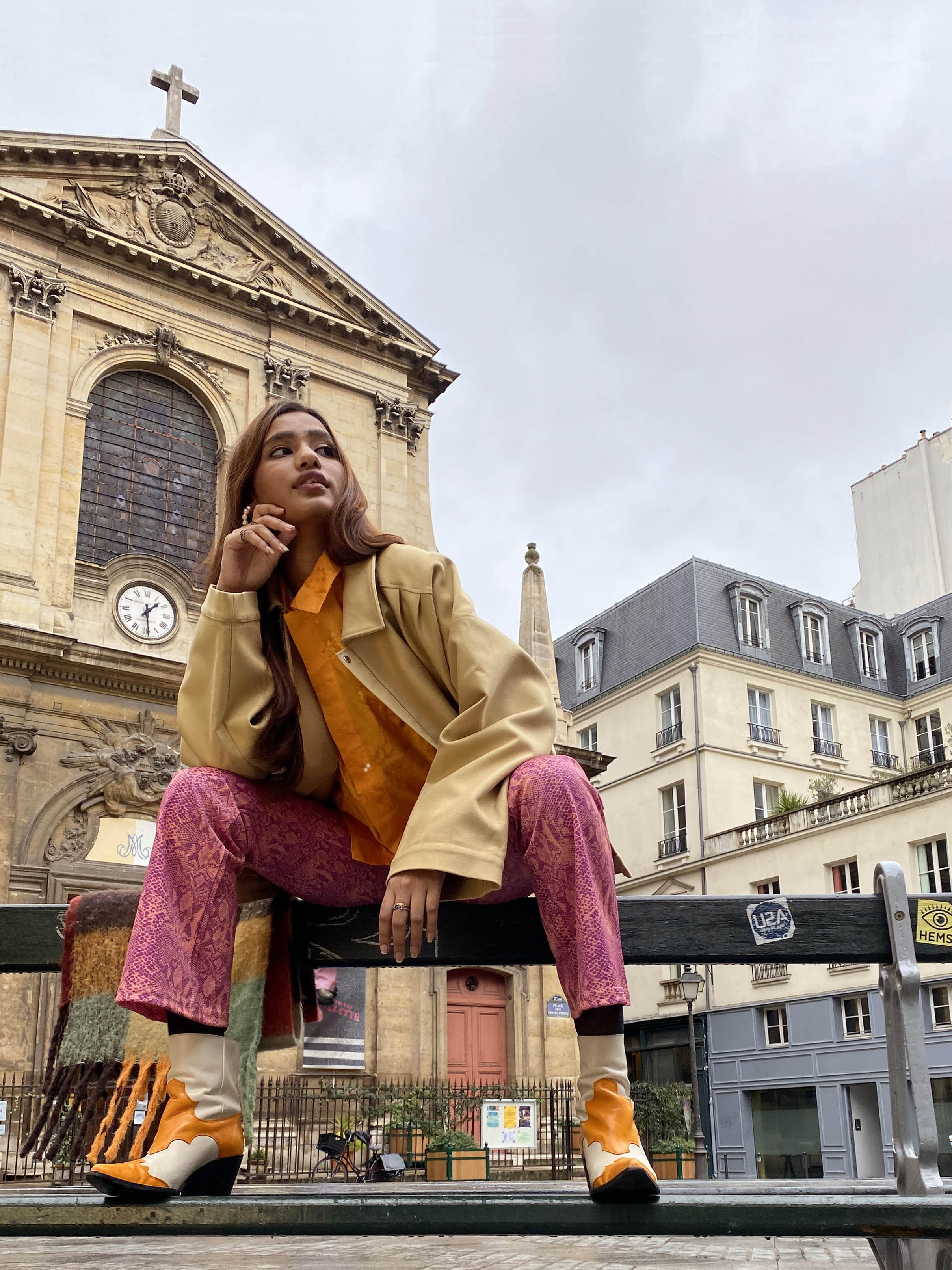 Modèle qui porte le produit Chemisette Orange en Jacquard de Soie  de la marque Leloup
