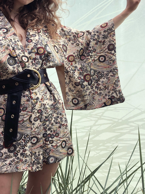 Modèle qui porte le look Kimono Vintage Ceinturé