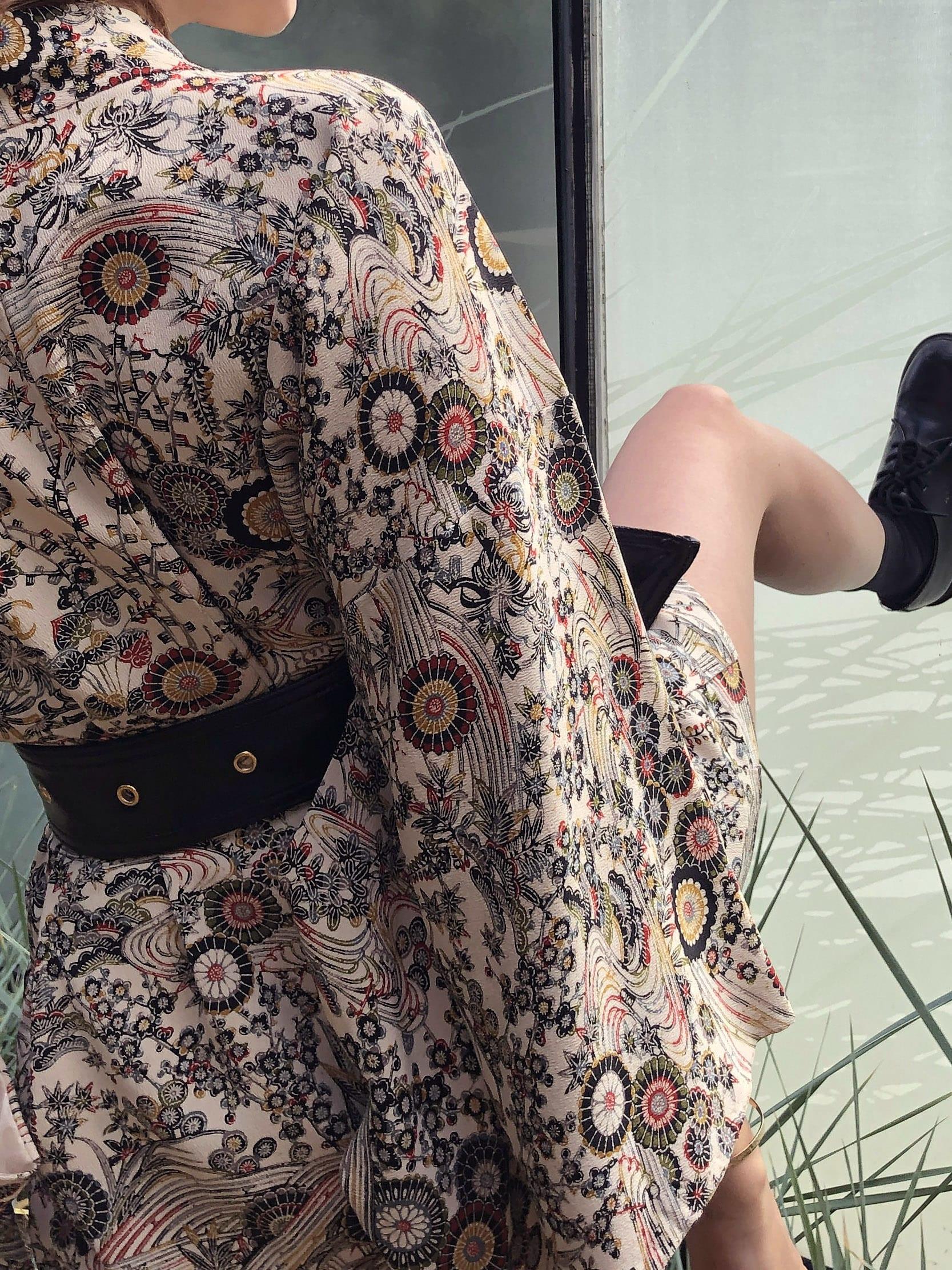 Modèle Studio Paillette qui porte le look Kimono Vintage Ceinturé