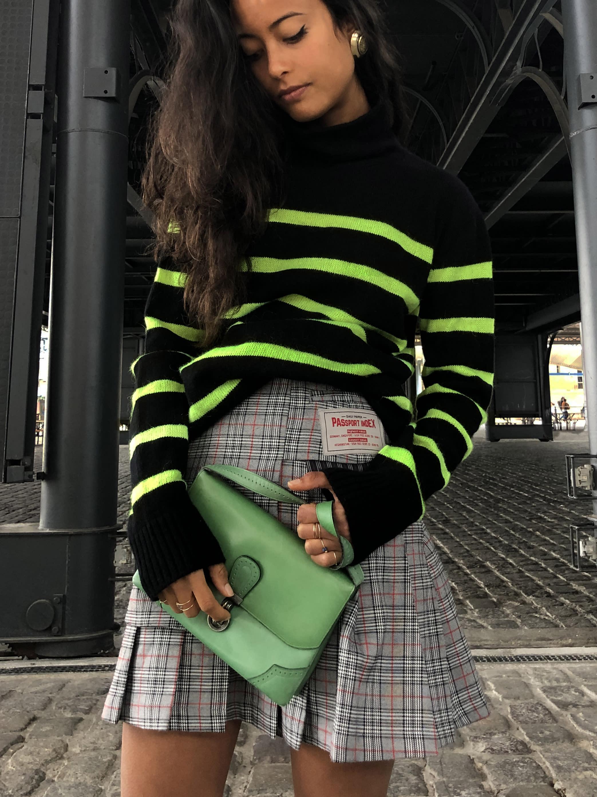 Modèle qui porte le produit Sac à Main Pochette Vert Vintage de la marque Charles Jourdan Vintage