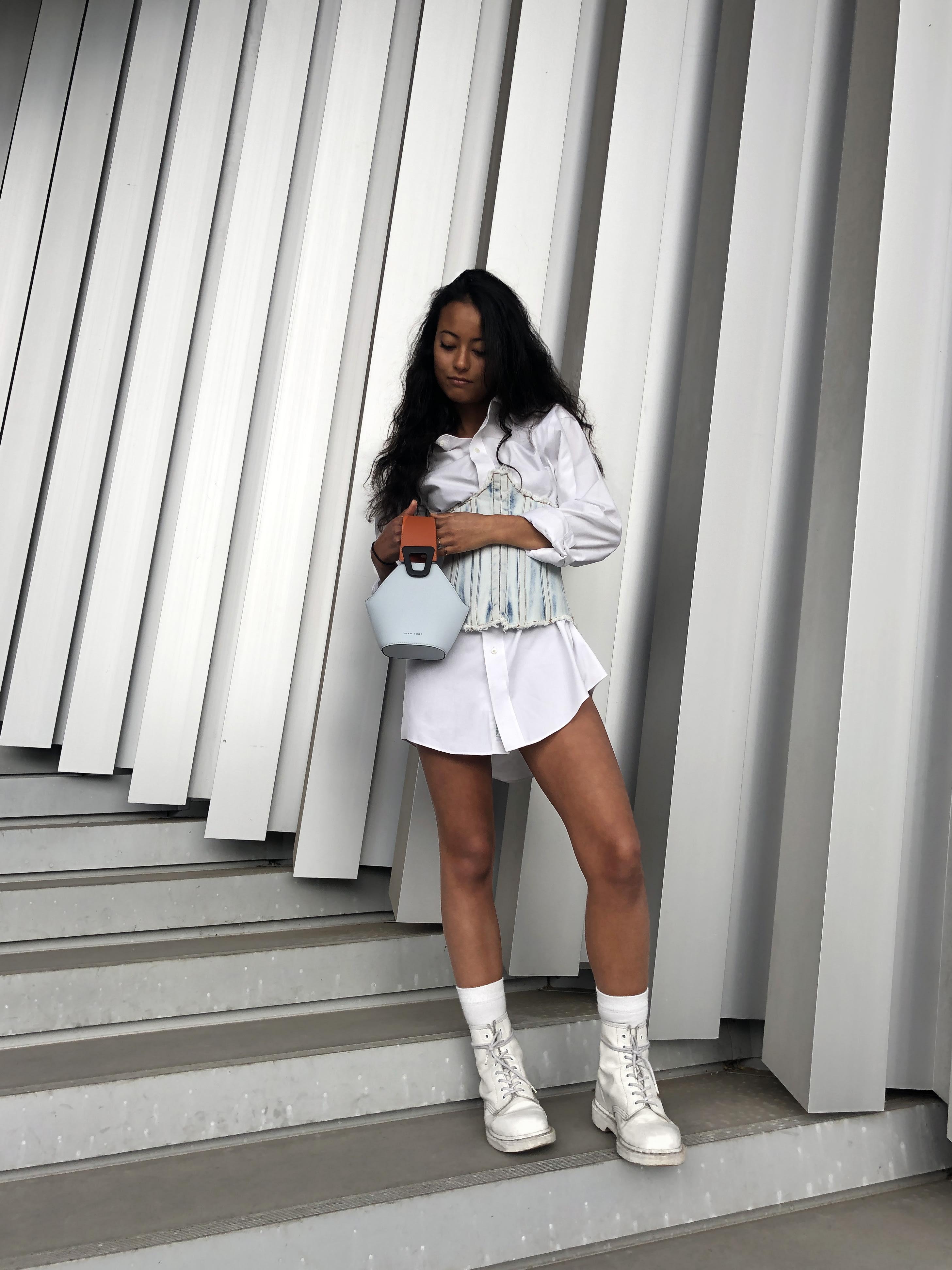 Modèle qui porte le look Corset Denim et Blanc de Travail