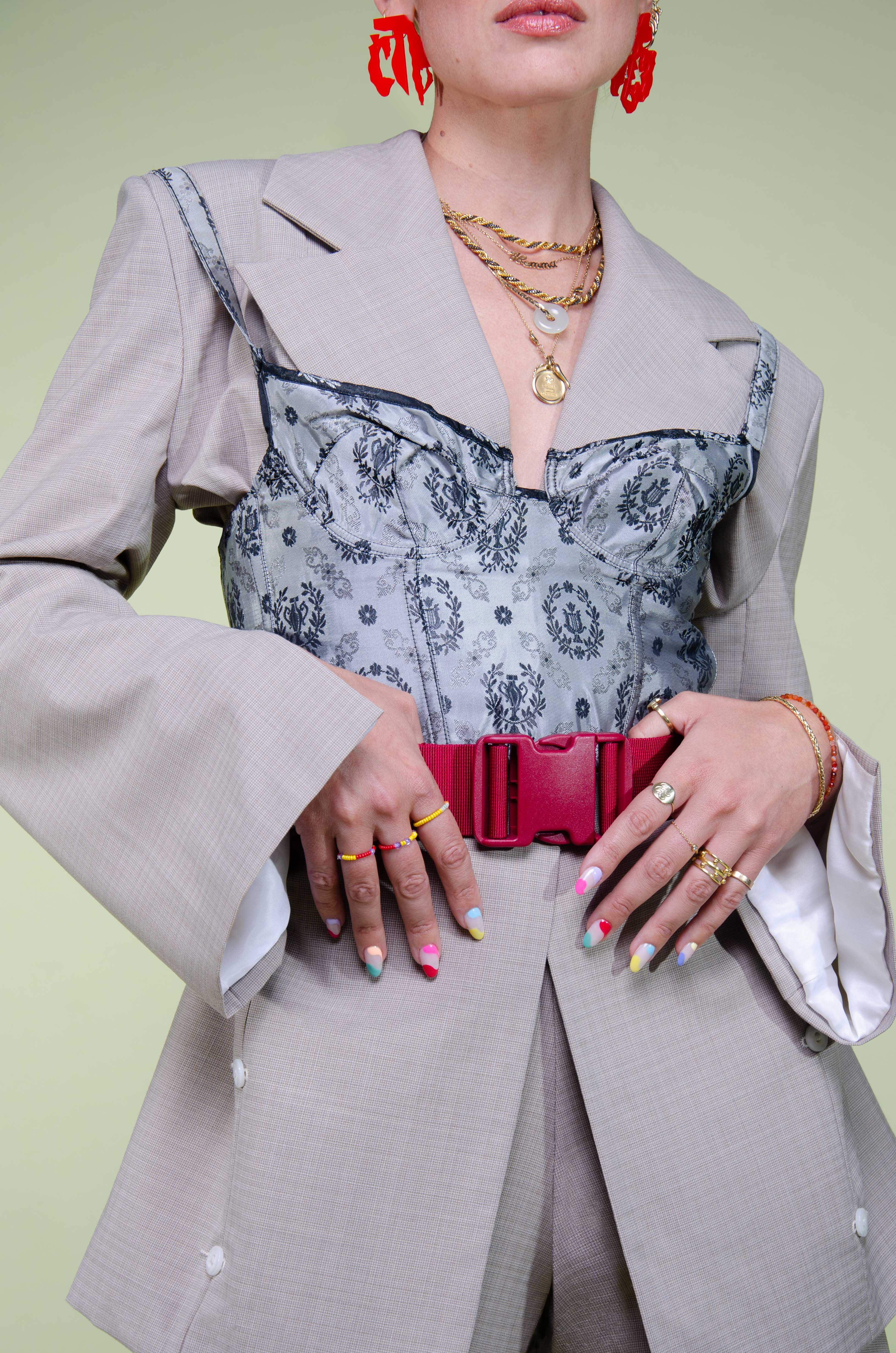 Modèle qui porte le produit Veste de Tailleur Beige à Manches Fendues de la marque salut beauté