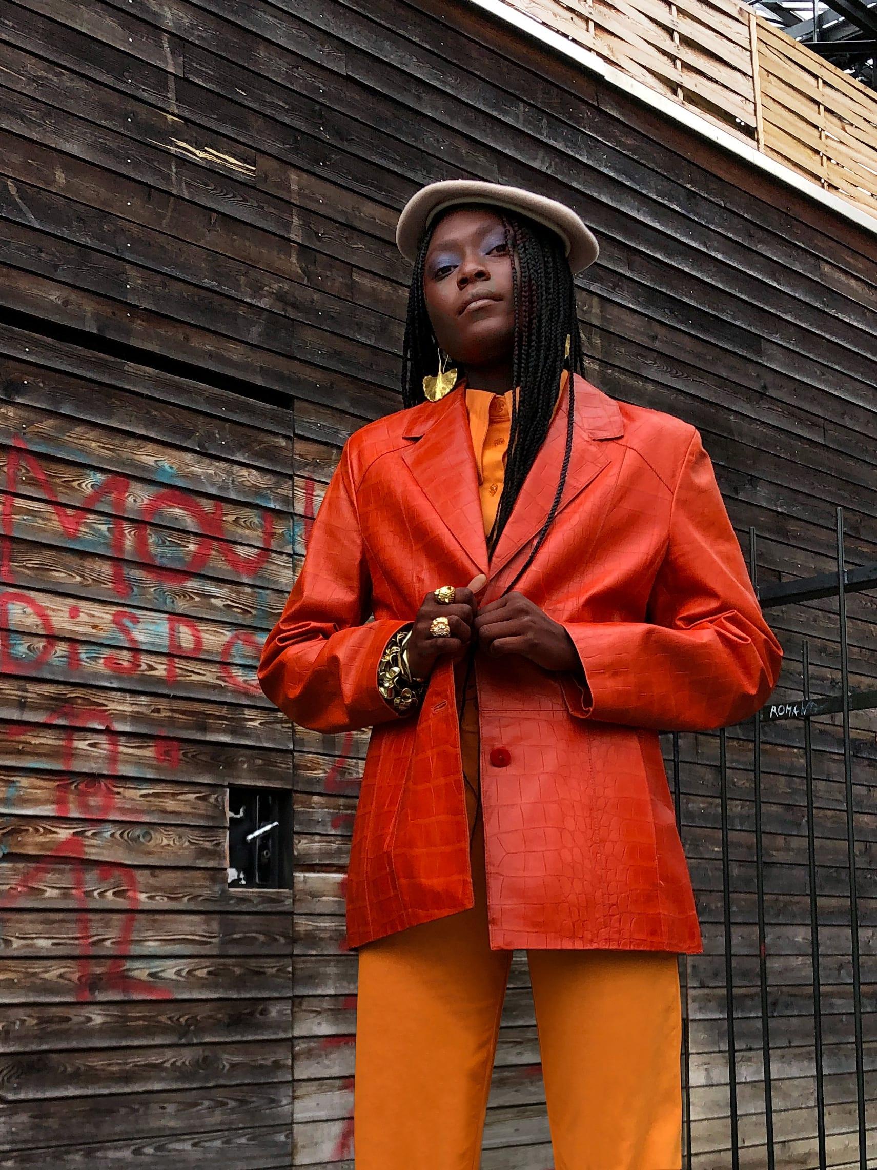Modèle portant le look Tailleur Orange Cuba