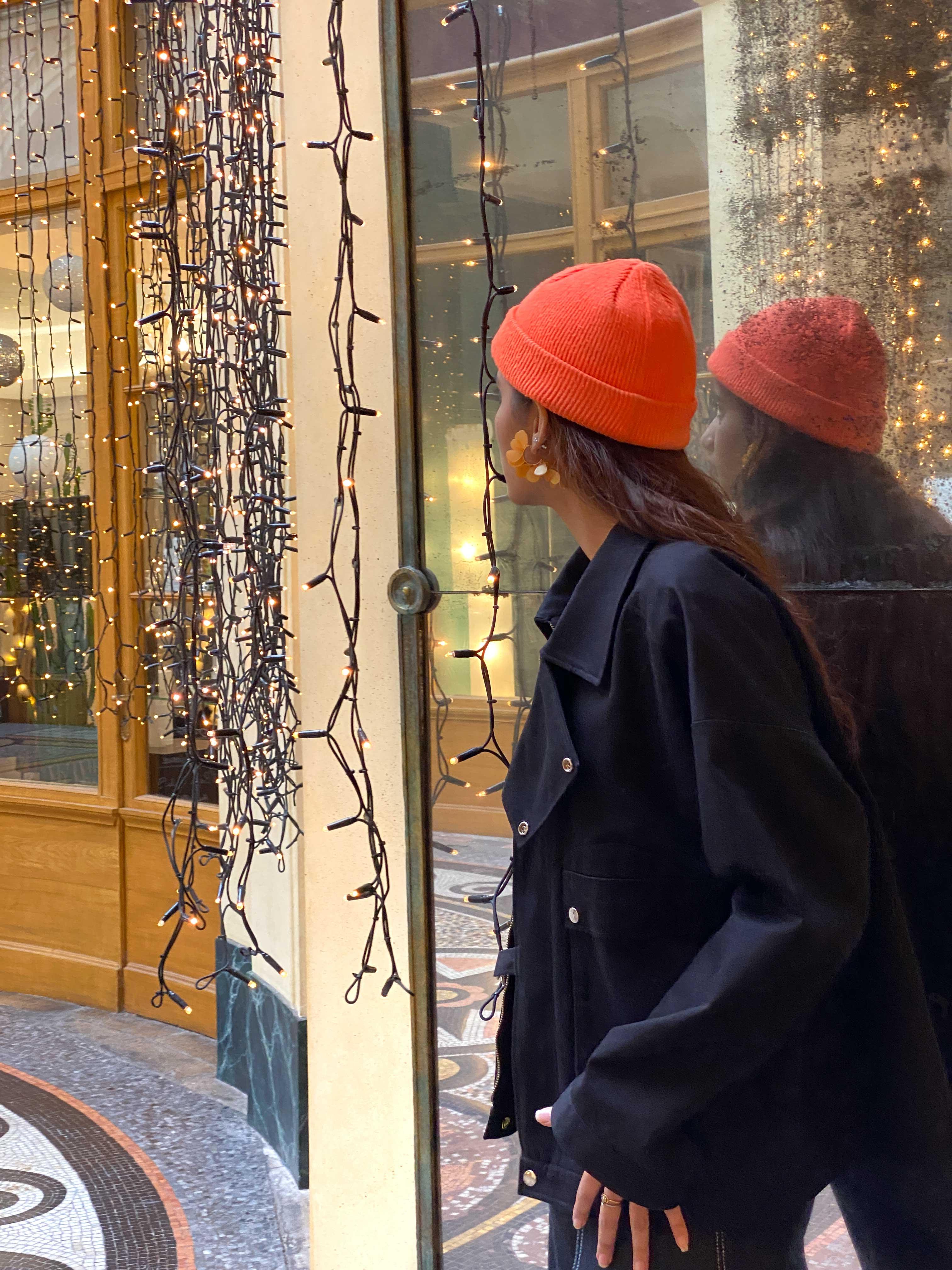 Modèle qui porte le produit Veste Noire Oversize à Poches et Mousquetons  de la marque Leloup