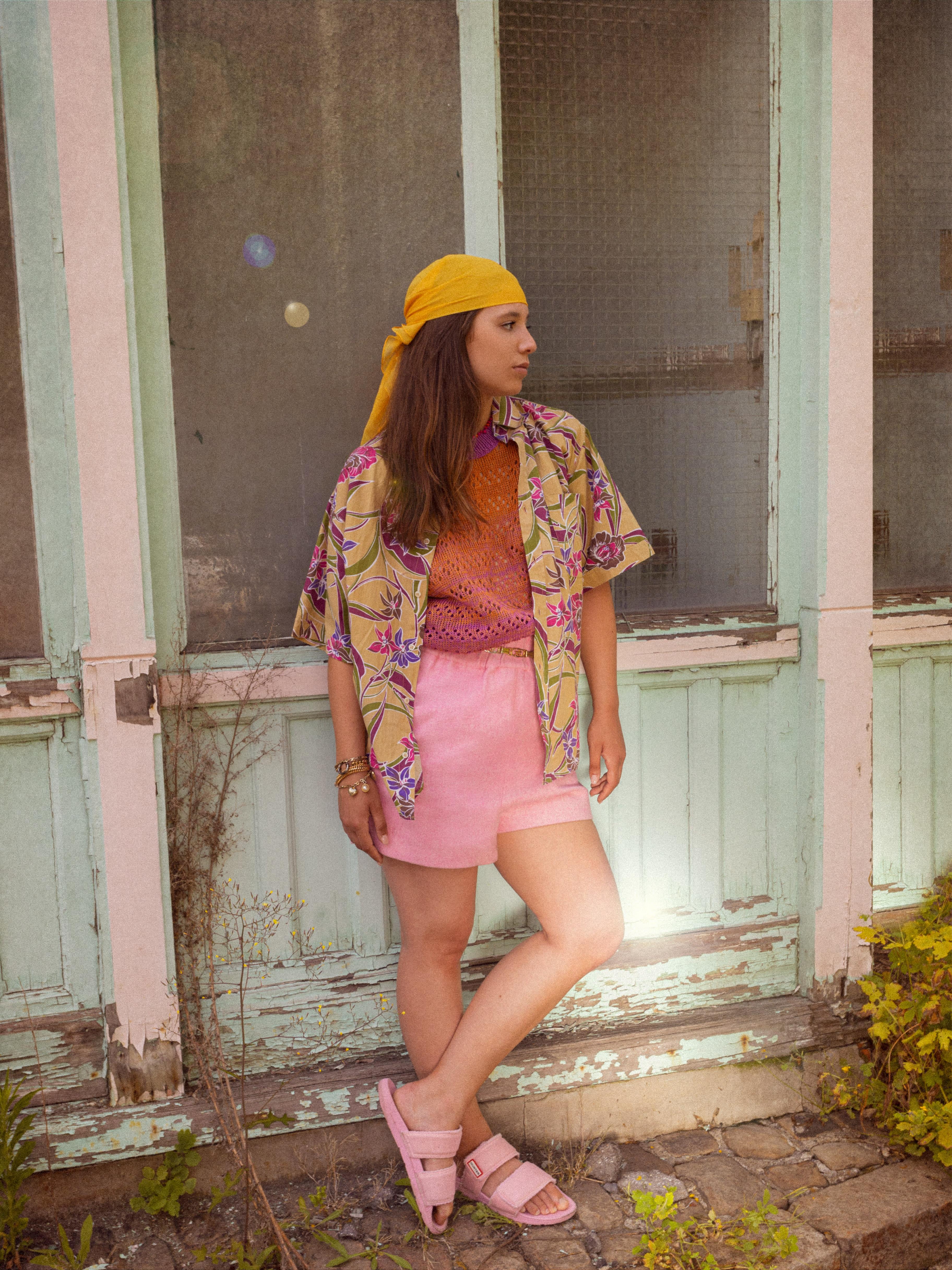 Modèle portant le look Pink Boyish & Chill