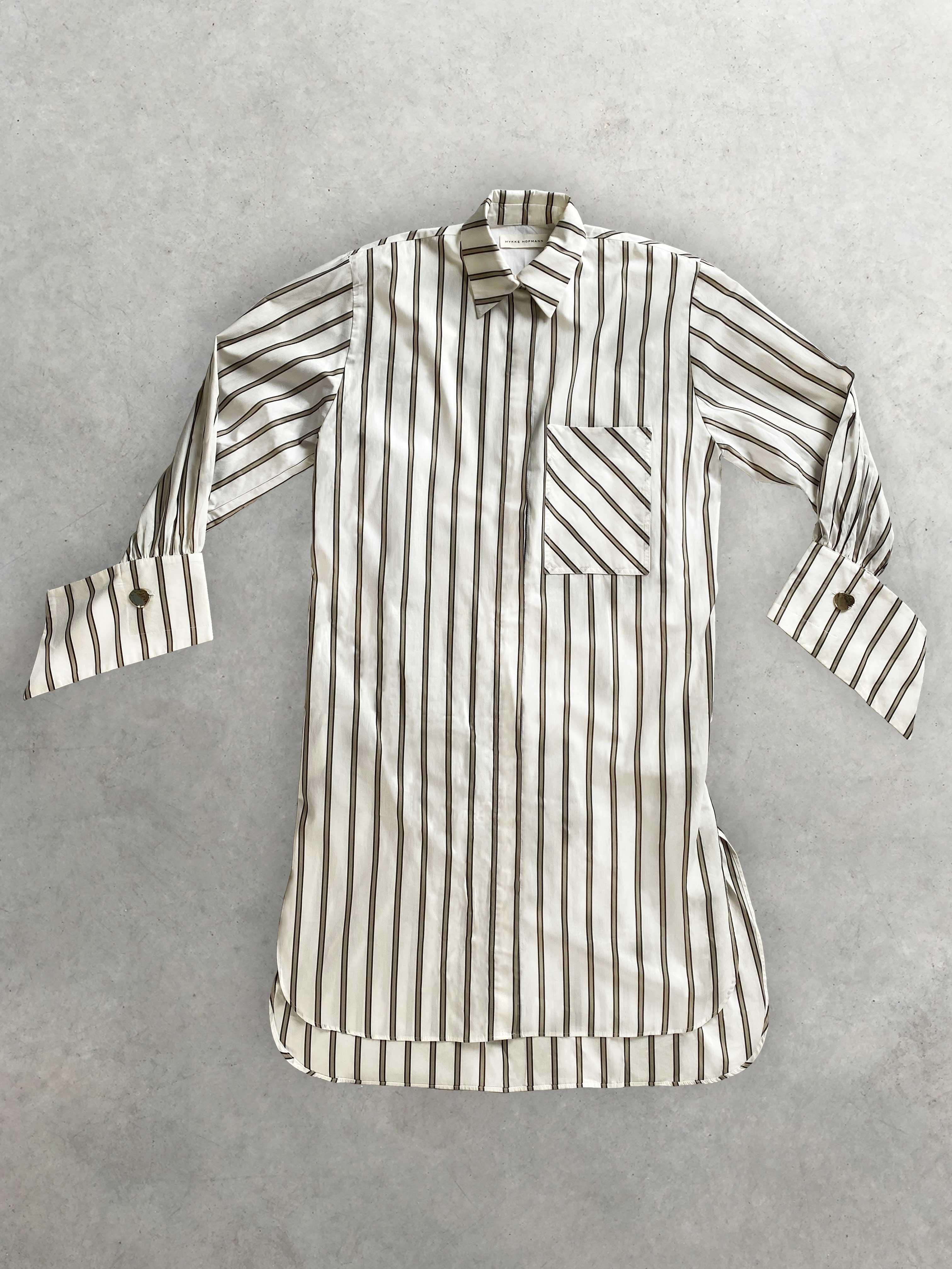 """Packshot de Robe Chemise """"Sahara"""" Oversize Blanche à Rayures par la marque Mykke Hofmann"""