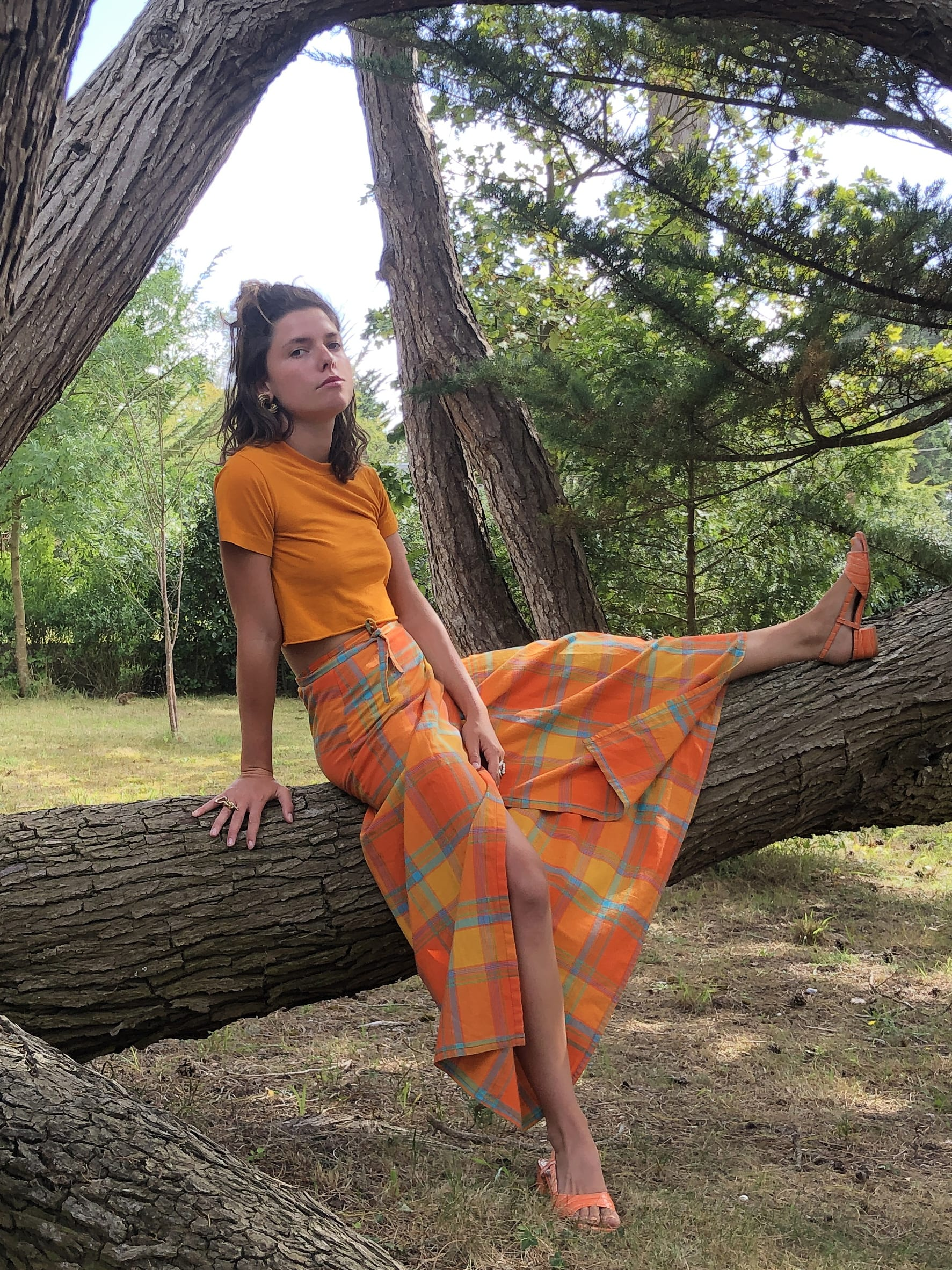 Modèle Studio Paillette qui porte le look Portefeuille et Madras Orange