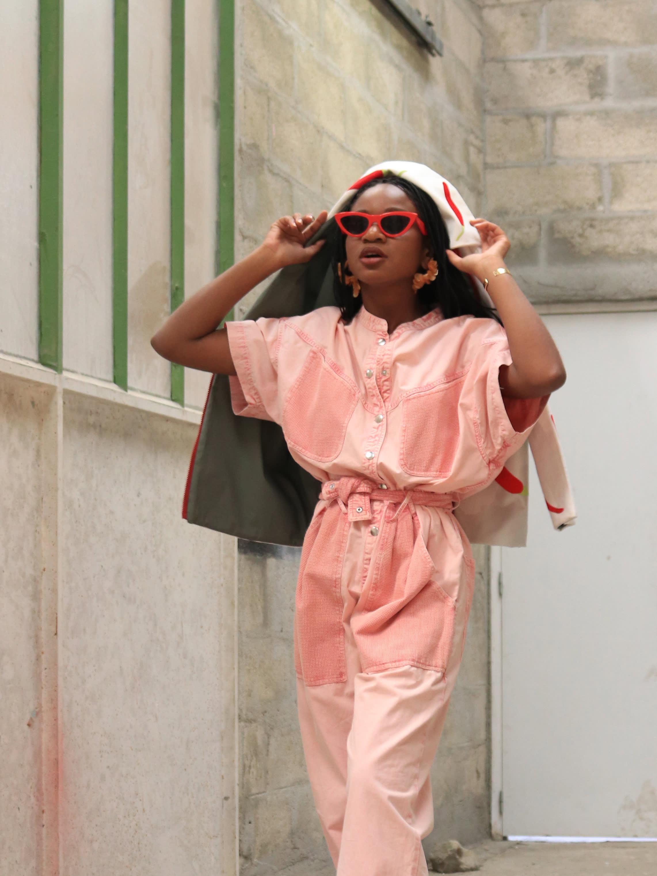 Modèle qui porte le look Pink boyish utilitaire