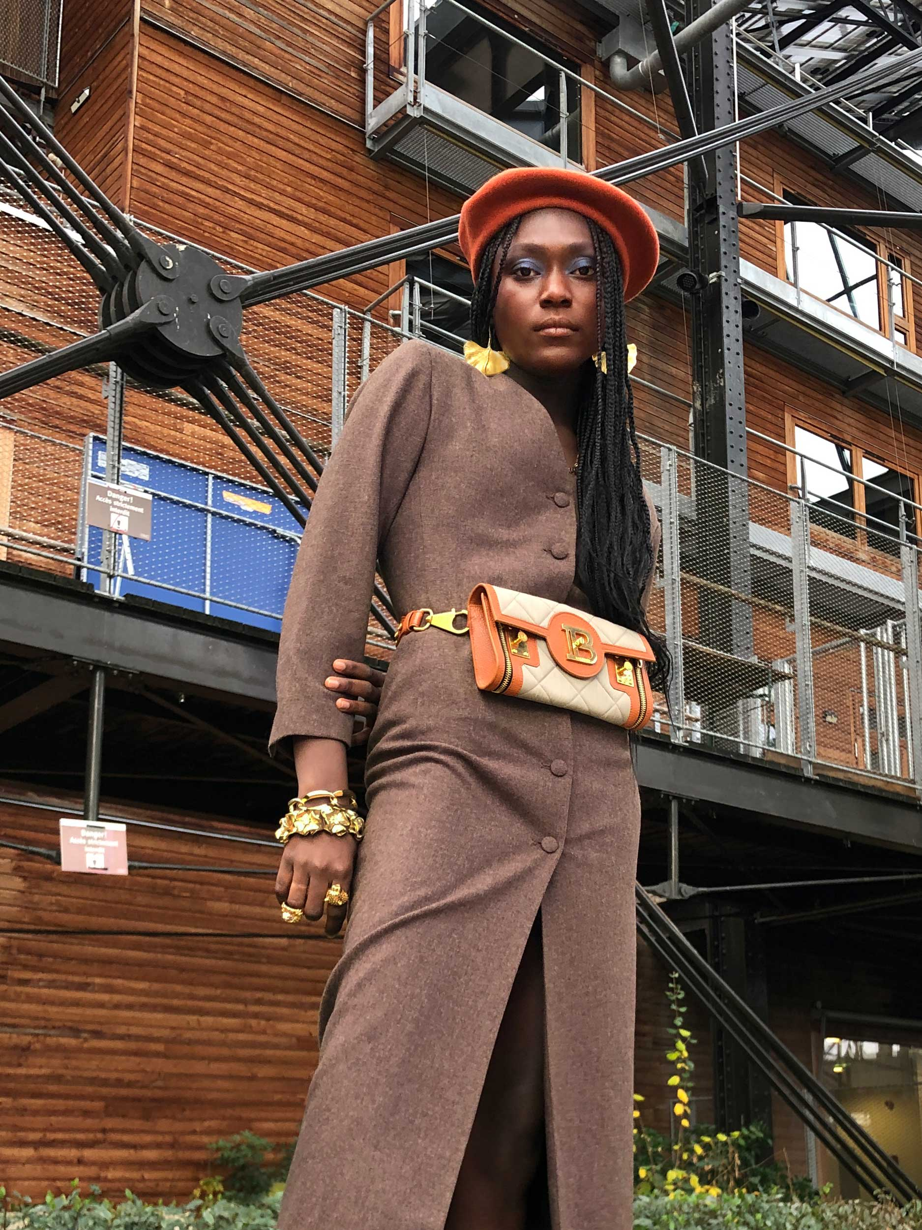Modèle qui porte le look Robe Tailleur Épaulée Vintage