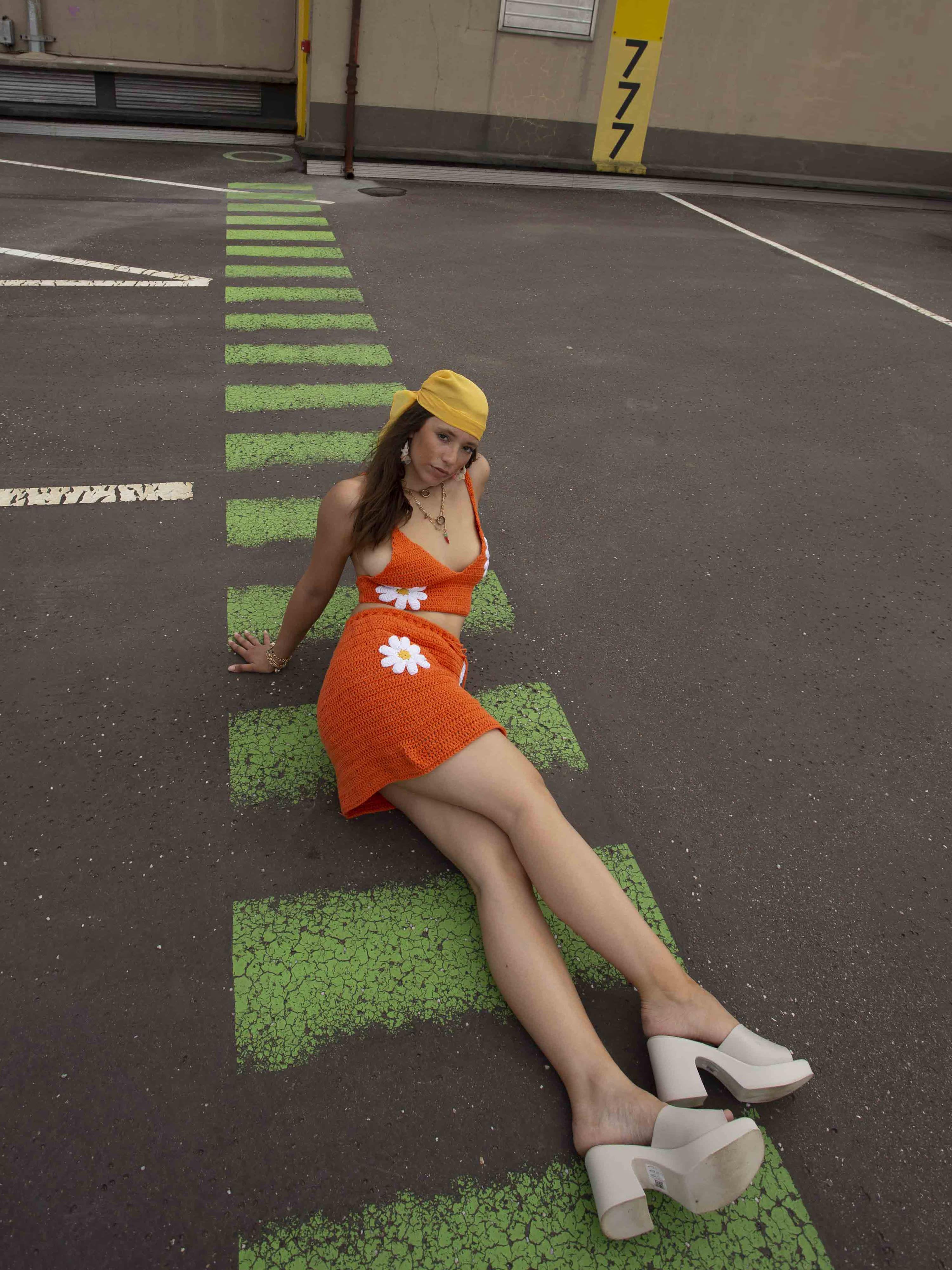 Modèle portant le look Full Crochet Orange