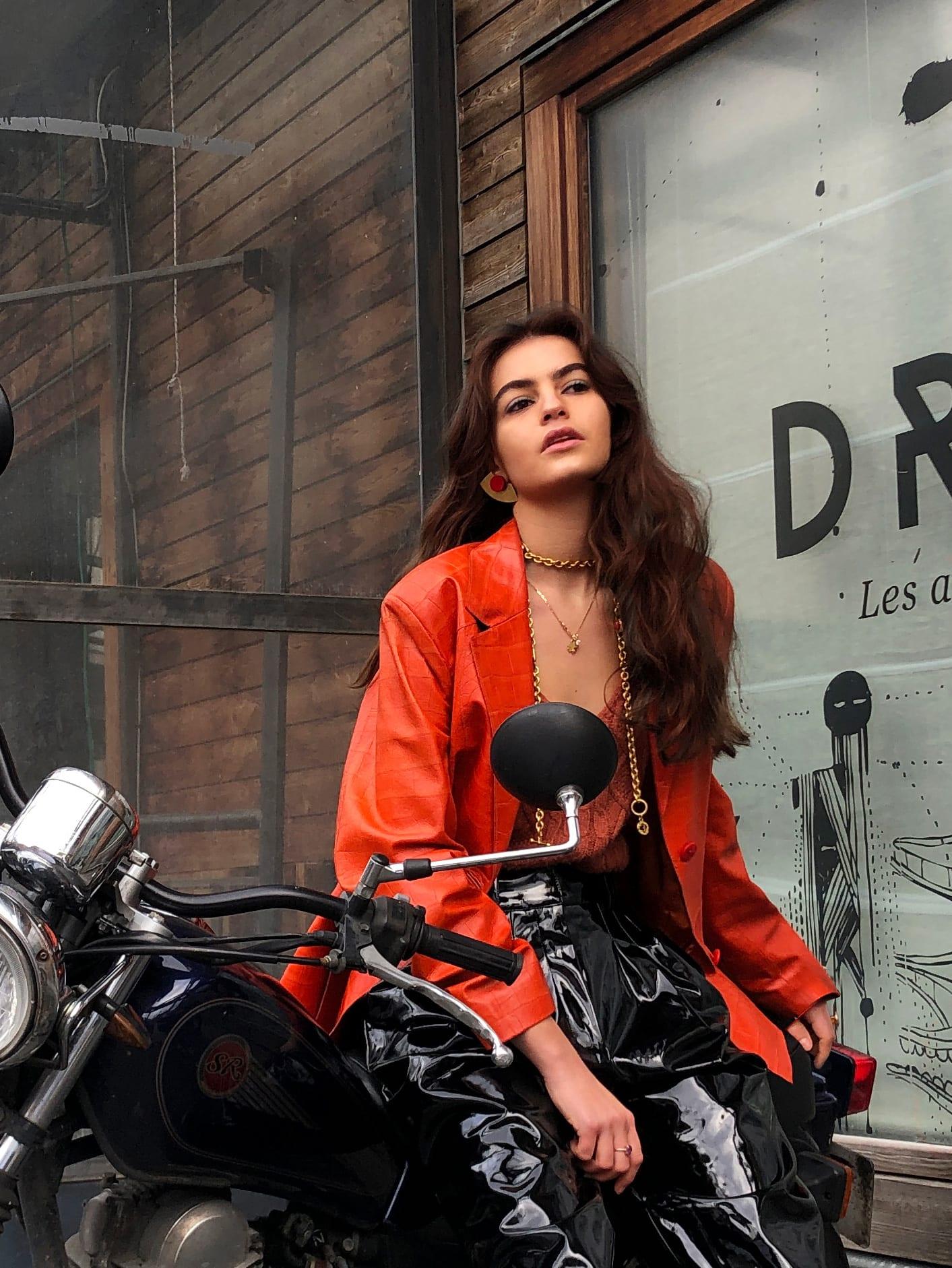 Modèle portant le look Biker Vinyl Orangé
