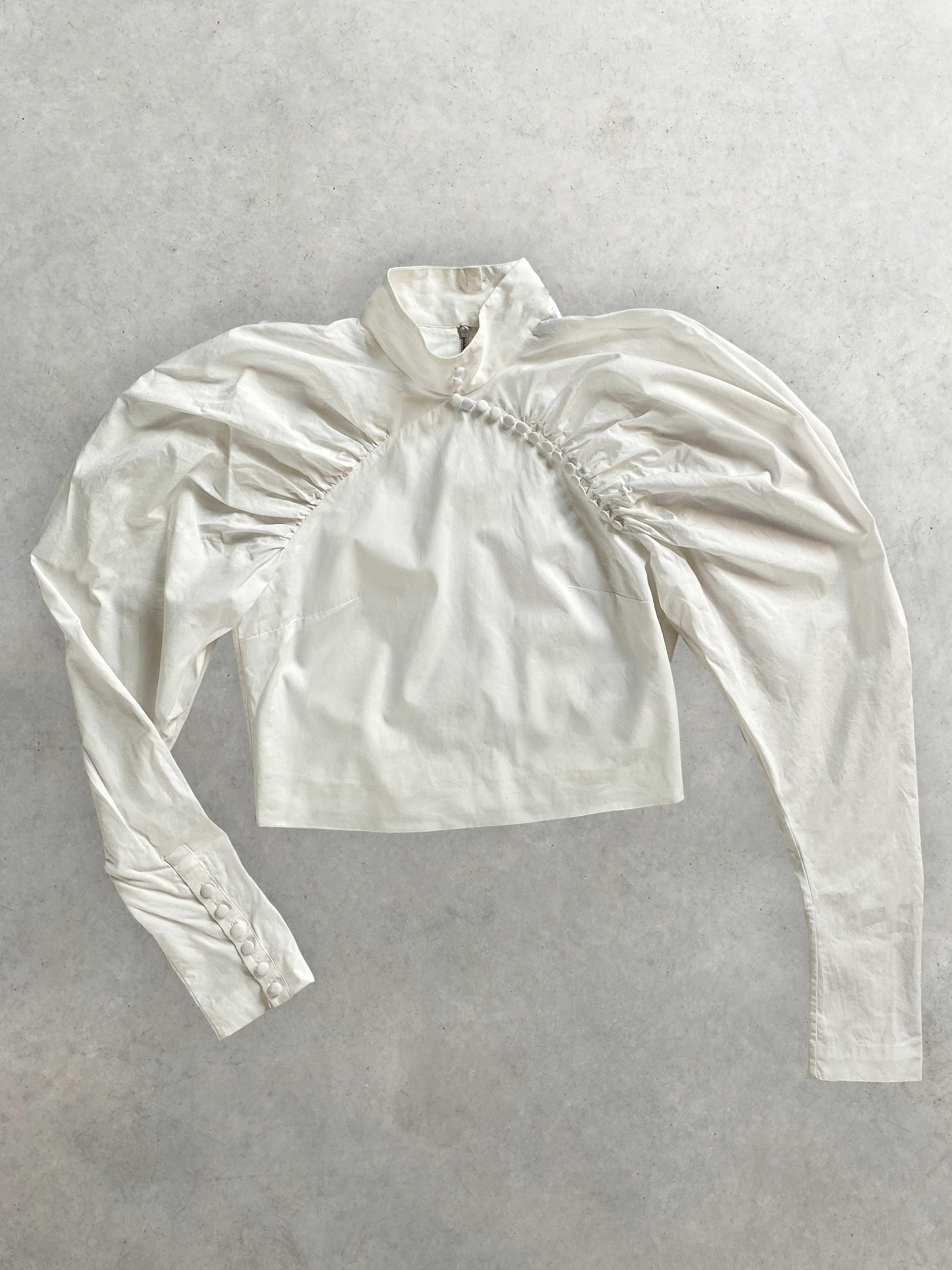 Packshot de Blouse Blanche à Manches Gigot et Boutons  par la marque Rotate