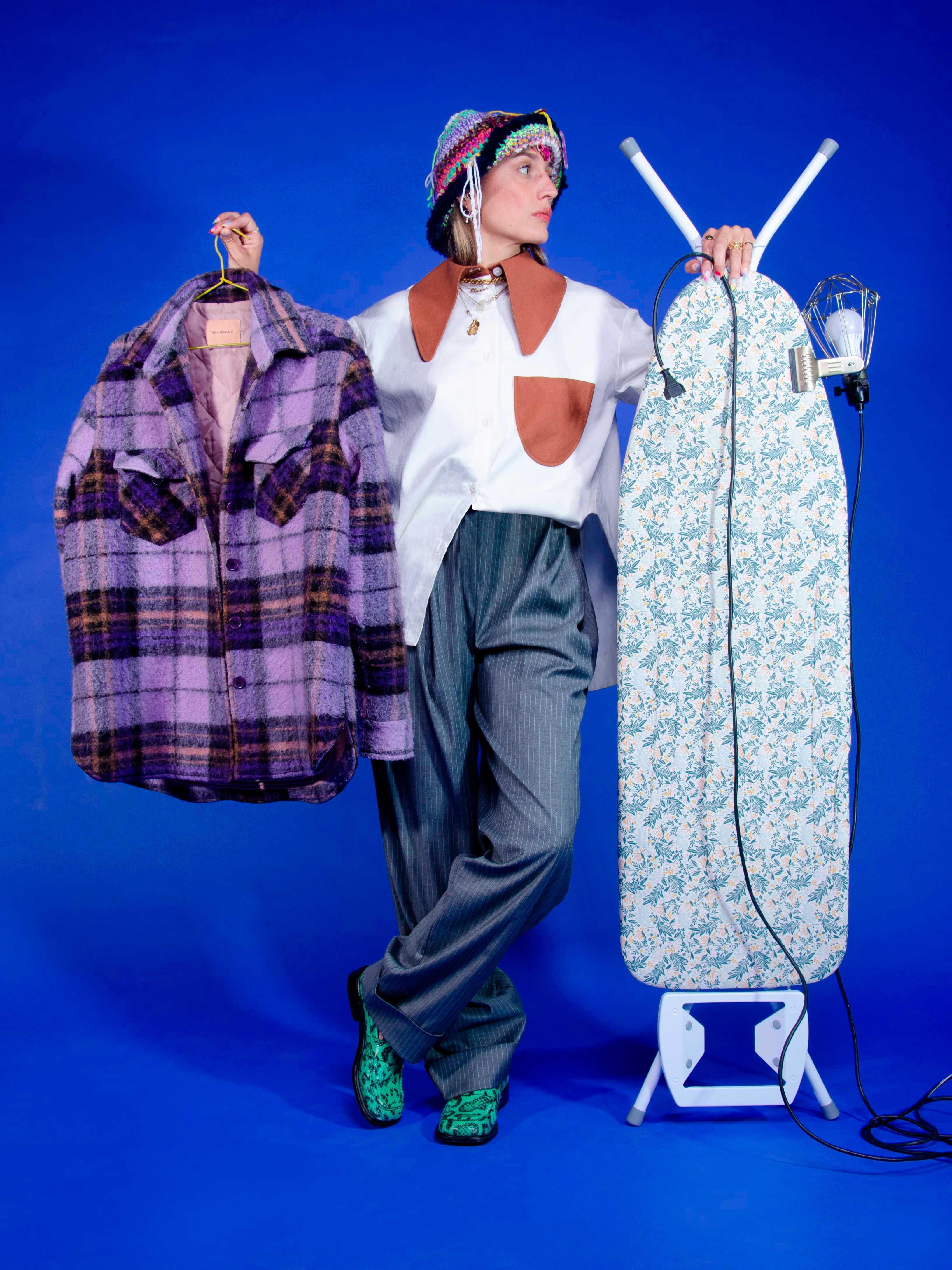 """Modèle qui porte le produit Bob en Tricot Multicolore """"Destroy"""" de la marque Kundalini Knitwear"""