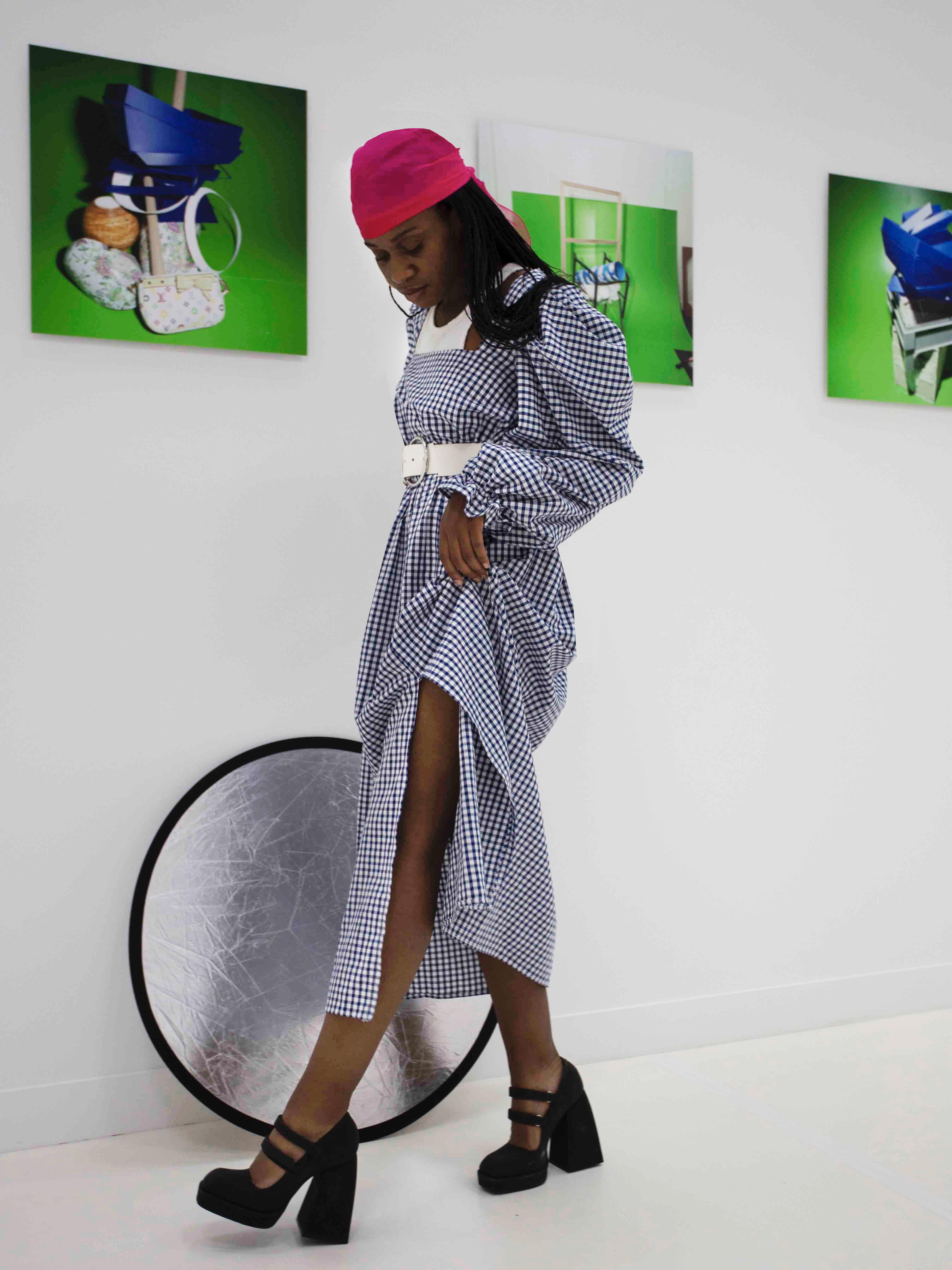 Modèle qui porte le produit Robe Bardot en vichy de la marque Studio Rosalie
