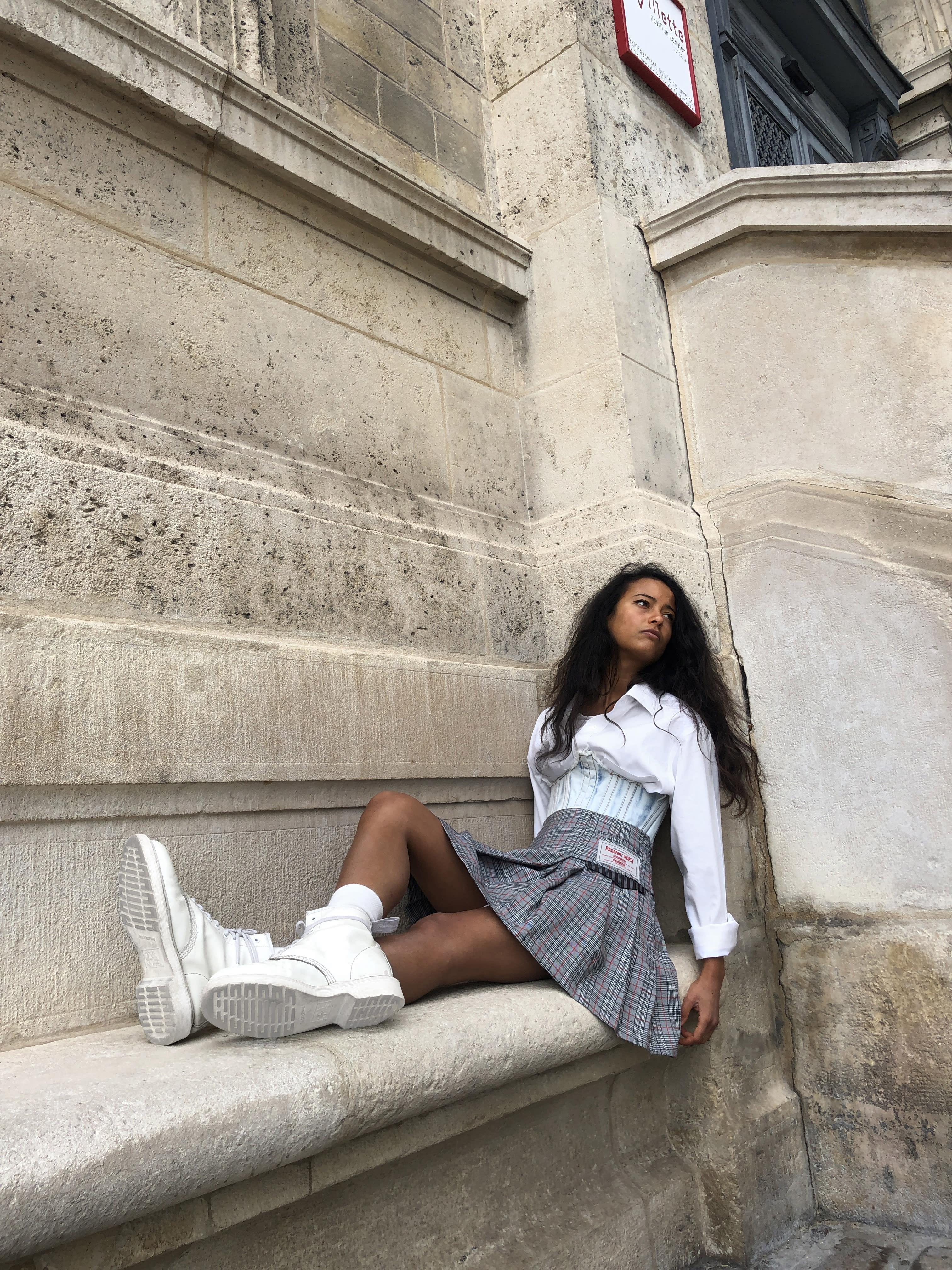 Modèle portant le look Schoolgirl à Plis et Carreaux