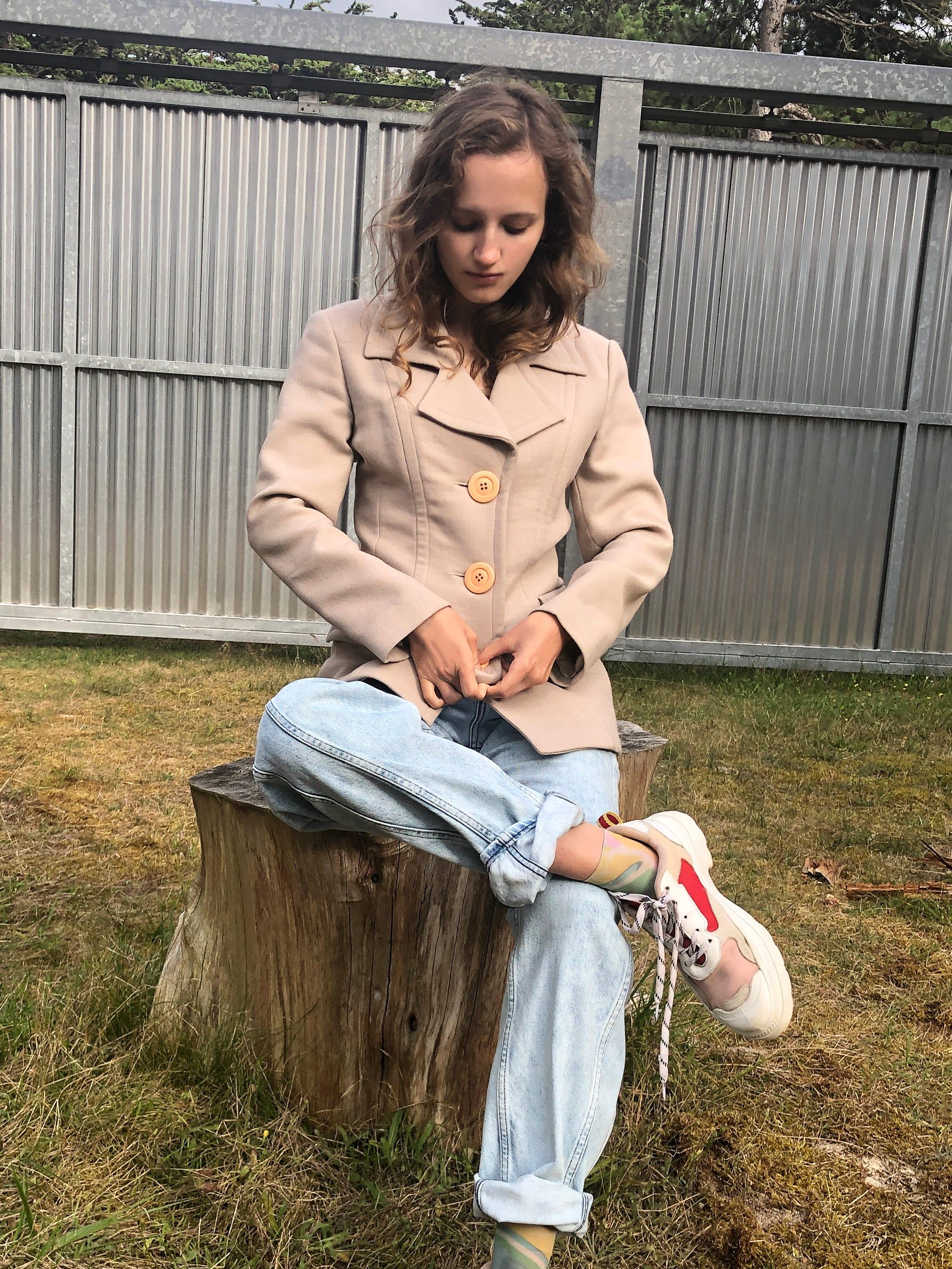 Modèle Studio Paillette qui porte le look Tailleur Beige et Bleached Denim