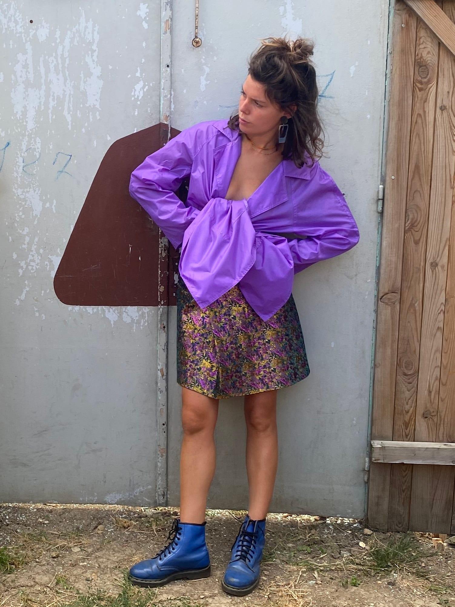 Modèle Studio Paillette qui porte le look Noeud Violet sur Jacquard Lamé