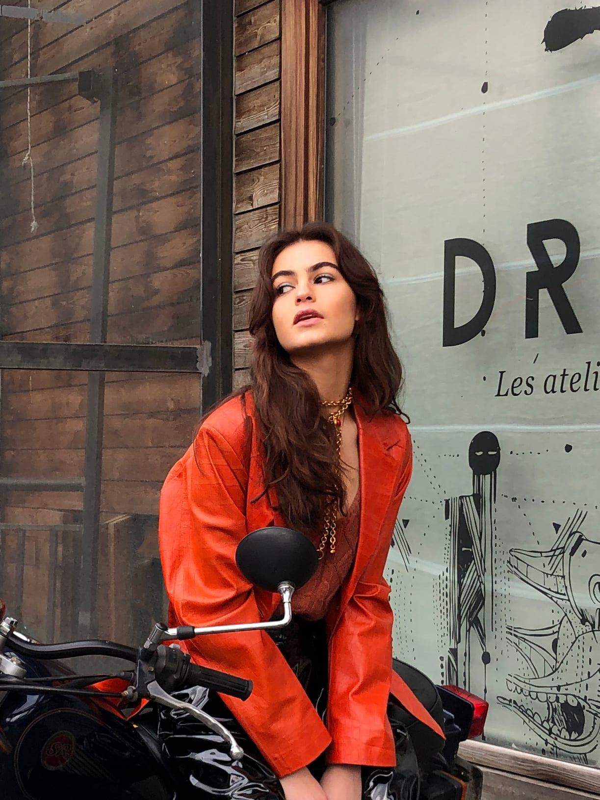 Modèle Studio Paillette qui porte le look Biker Vinyl Orangé