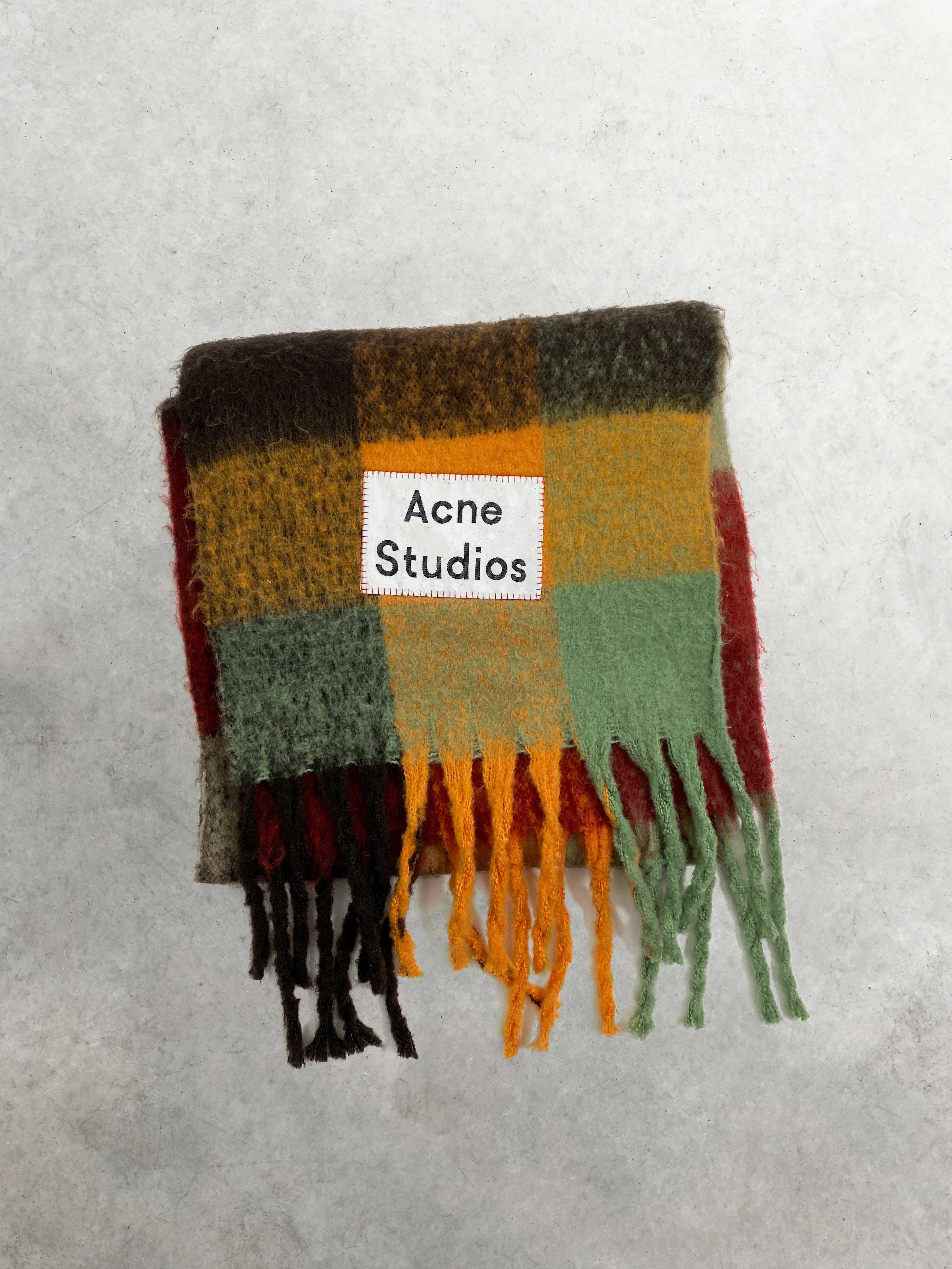 Packshot du produit Écharpe en Laine Oversize à Carreaux de la catégorie Accessoires