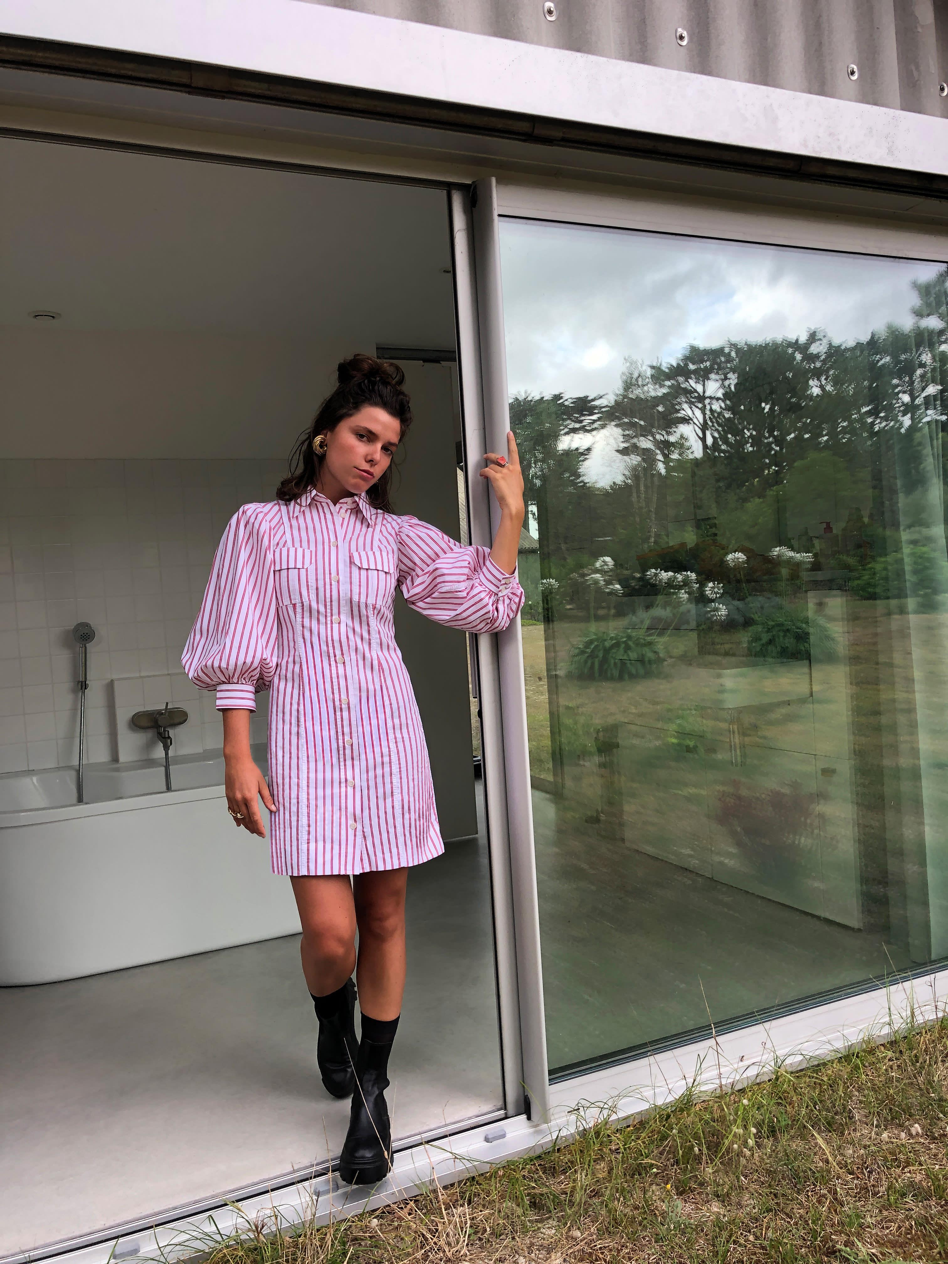 Modèle portant le look Schoolgirl à Rayures