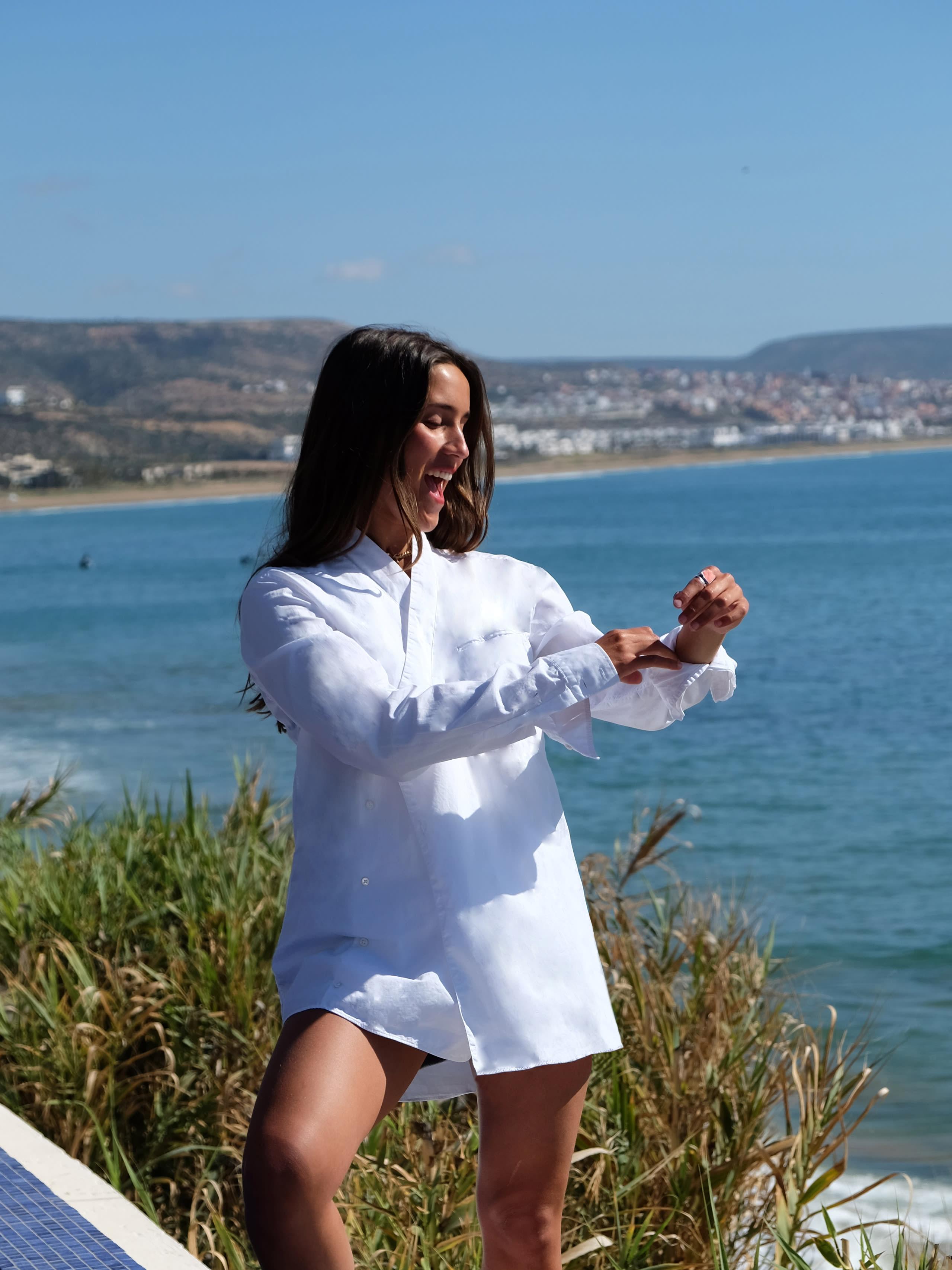 Modèle qui porte le produit Chemise Kimono d'Homme en Popeline de Coton Blanc de la marque Balmain