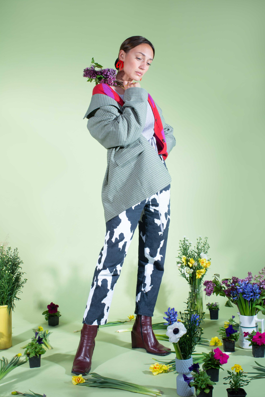 Modèle qui porte le produit Veste Girlboss Blazer de la marque salut beauté