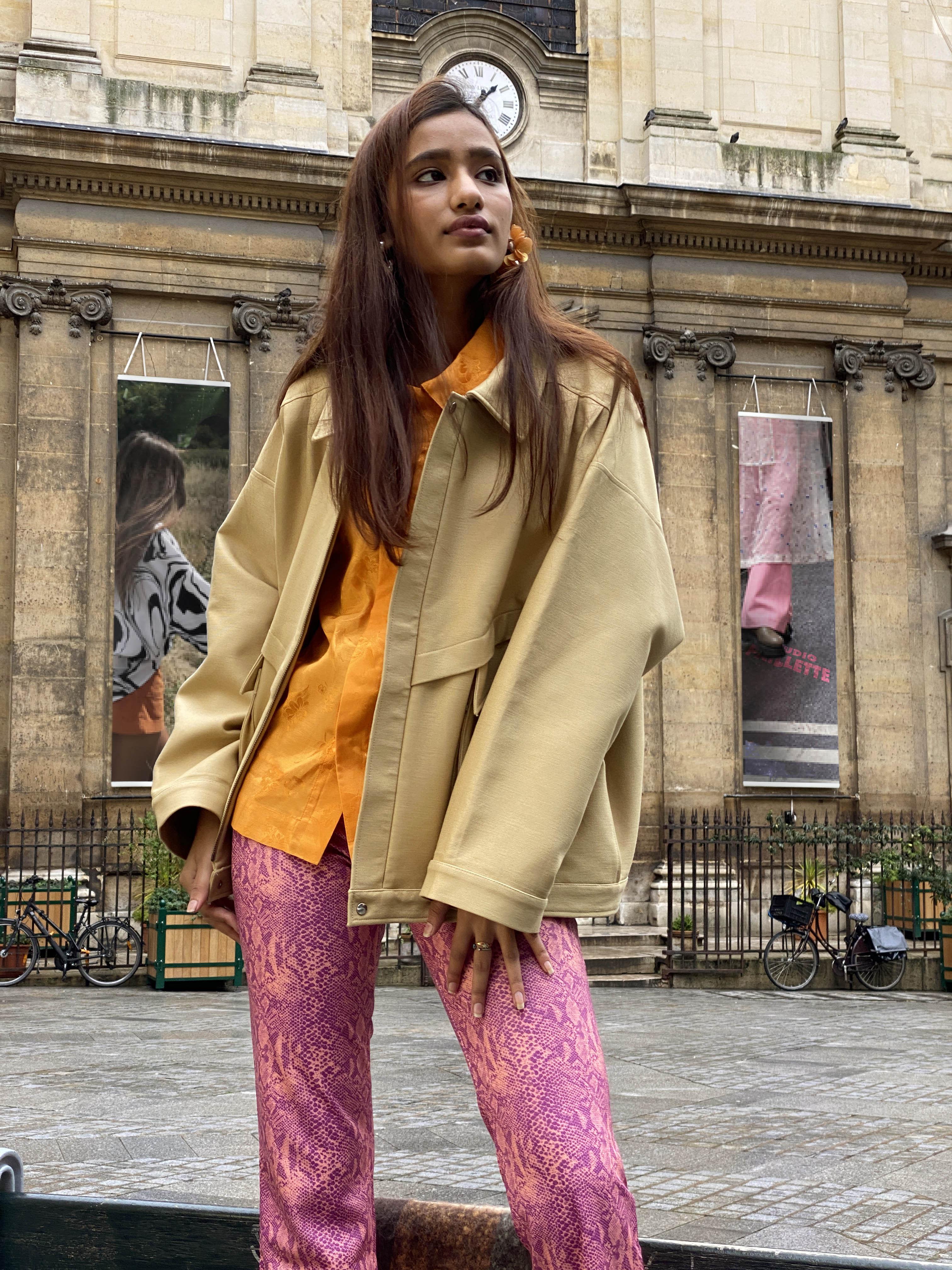 Modèle portant le look Pant Rose Chemise Orange