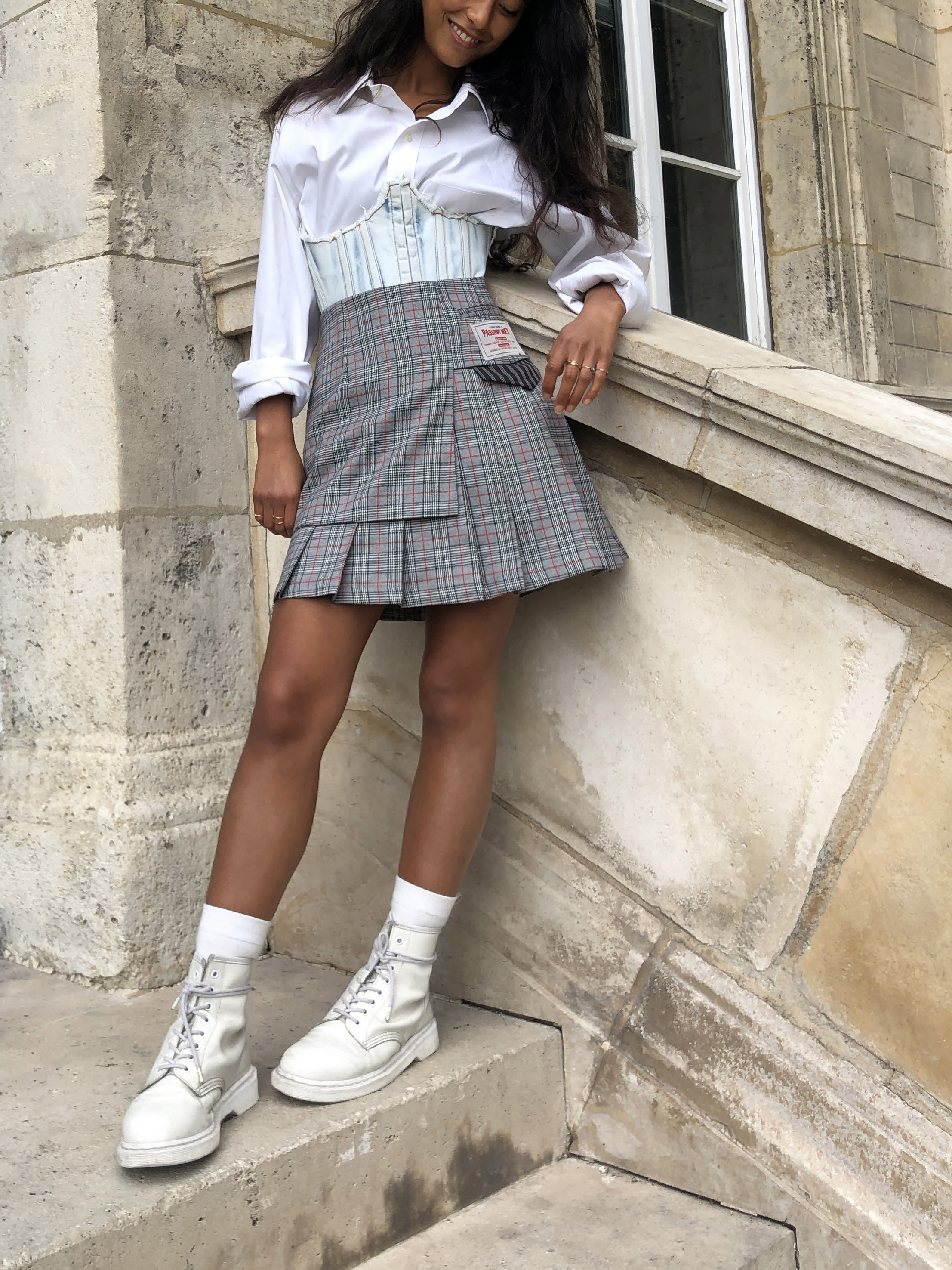 Modèle qui porte le look Schoolgirl à Plis et Carreaux