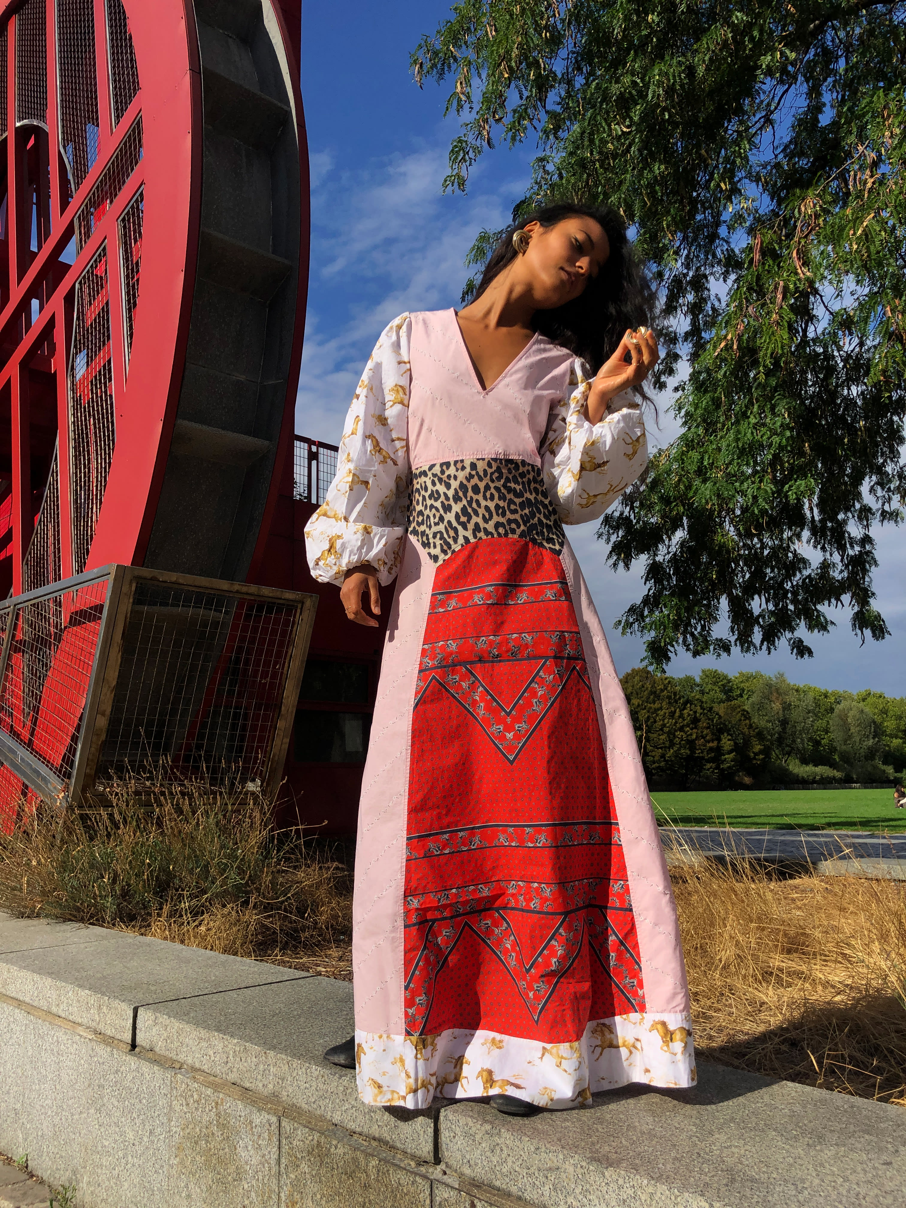Modèle qui porte le look Maxi Robe Patchwork Esmeralda