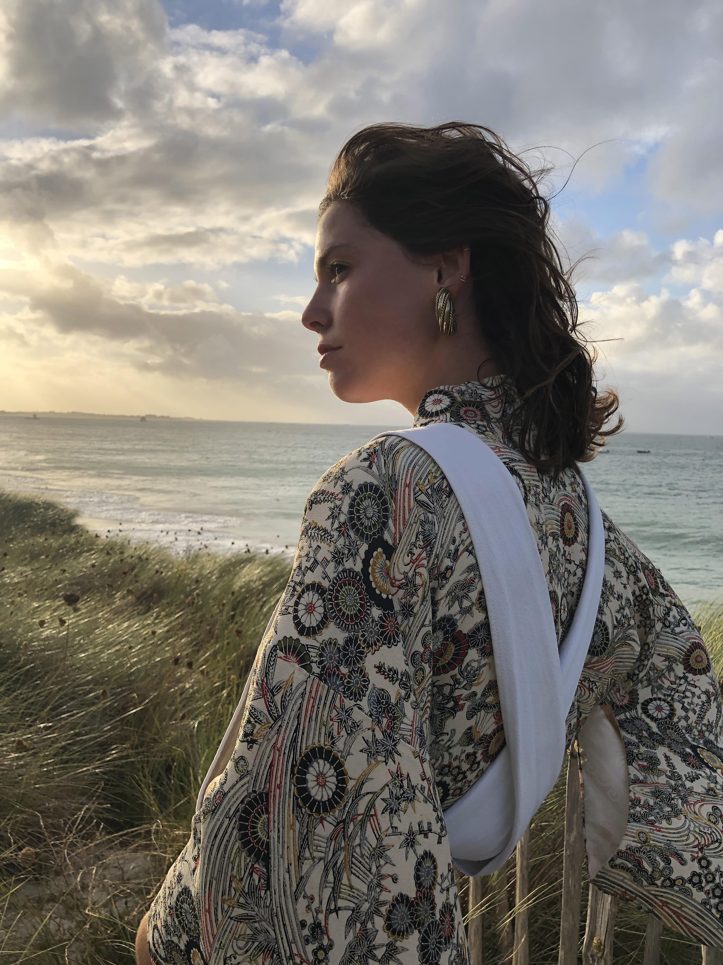 Modèle Studio Paillette qui porte le look Salopette Immaculée sur Kimono