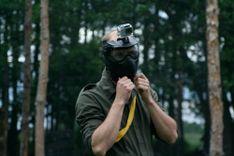 Gracz w paintball z kamerąGoPro umieszczoną na masce