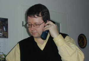 scottfon.jpg: Scott phoning home