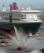 QM2 welcomed in Hamburg Harbor (Spiegel Online)