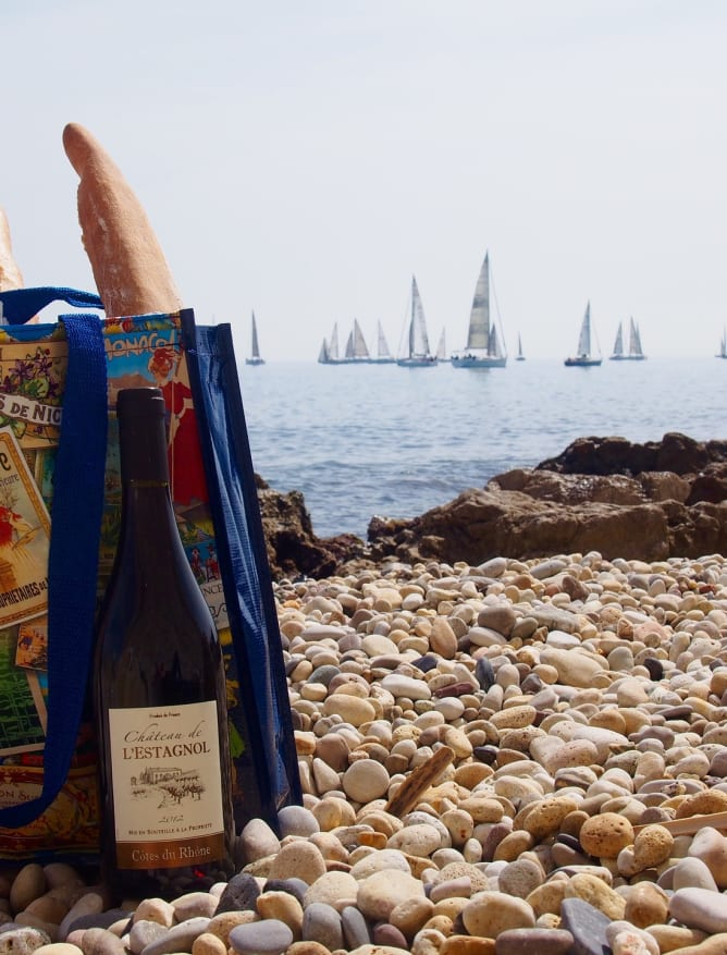 A picnic with regional wine on the shore of L'Estagnol