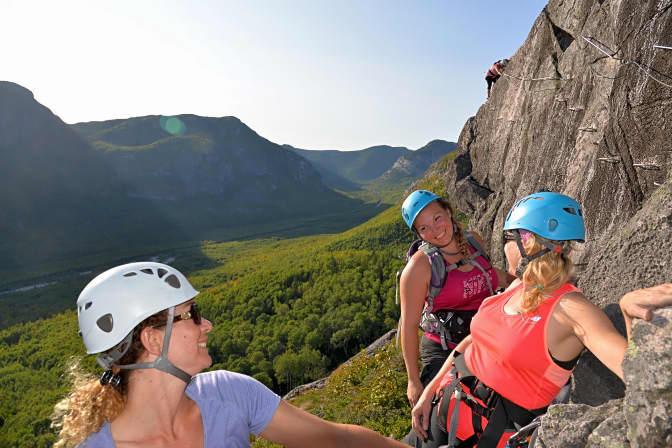 Trois femmes sur la paroi de la via ferrata du Parc national des Grands-Jardins